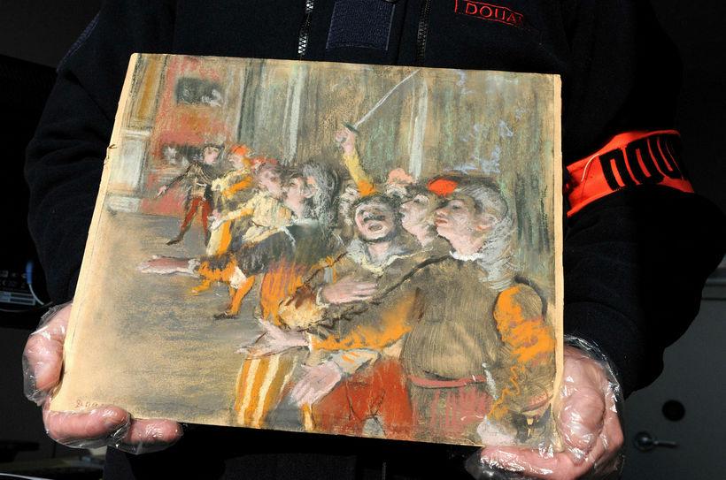 Tollvörður heldur hér á mynd Degas, sem stolið var úr ...