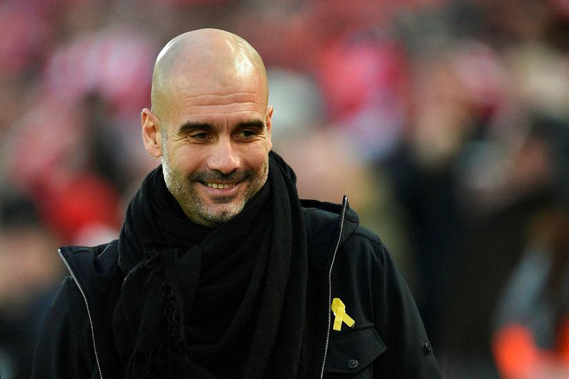 Hér má sjá Guardiola með gula borðann.