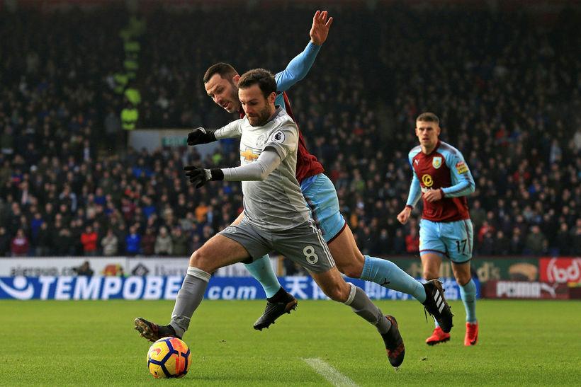 United-maðurinn Juan Mata í baráttu við Phil Bardsley, Burnley, í ...