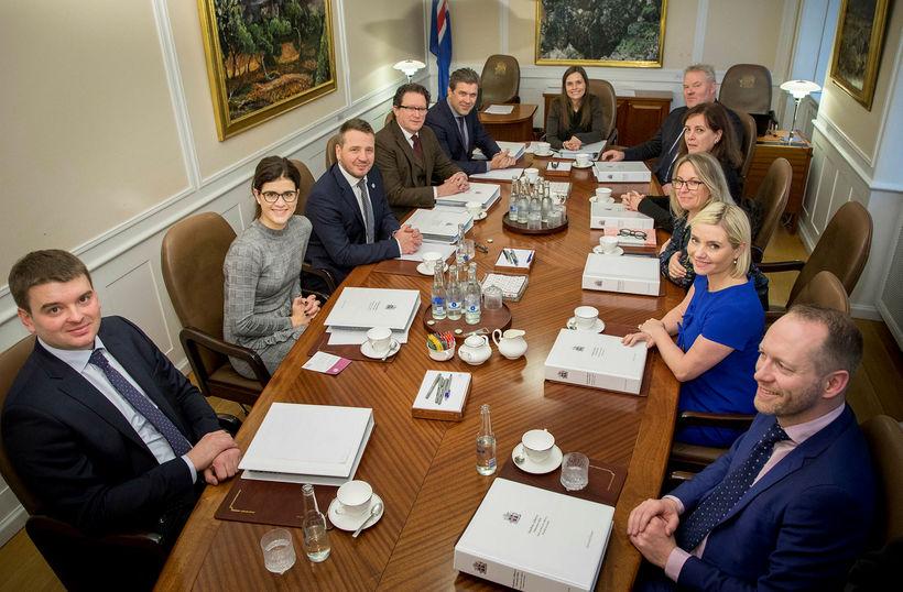 Stuðningur við ríkisstjórnina er nú 37,9%, samanborið við 43,2% í ...