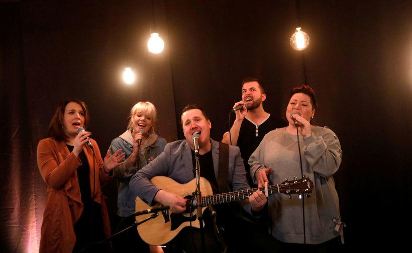 Live Lounge Fókushópurinn flytur lagið sitt Battleline í K100 Live ...