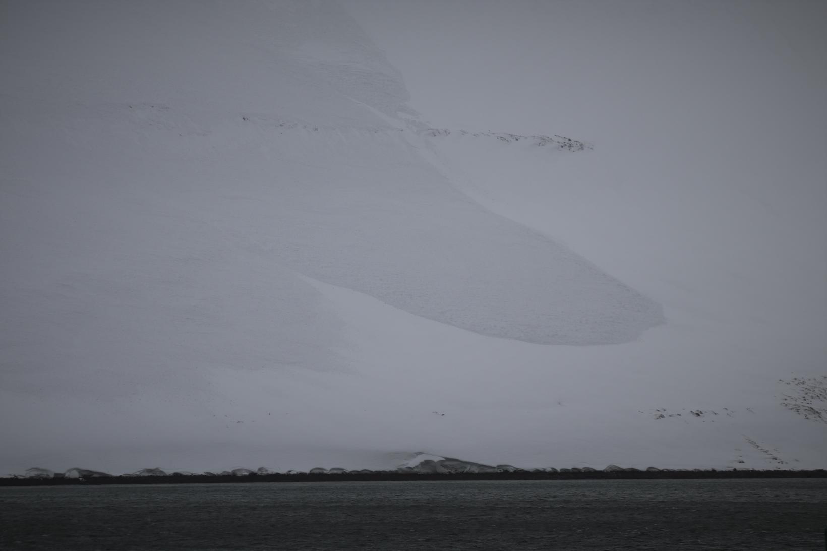 Snjóflóð féll fram í sjó.