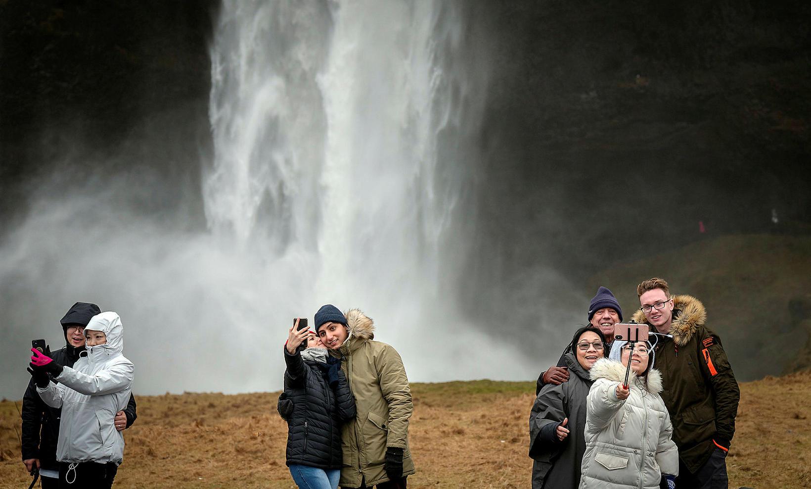 Ferðamenn við Skógafoss í byrjun febrúar í fyrra.