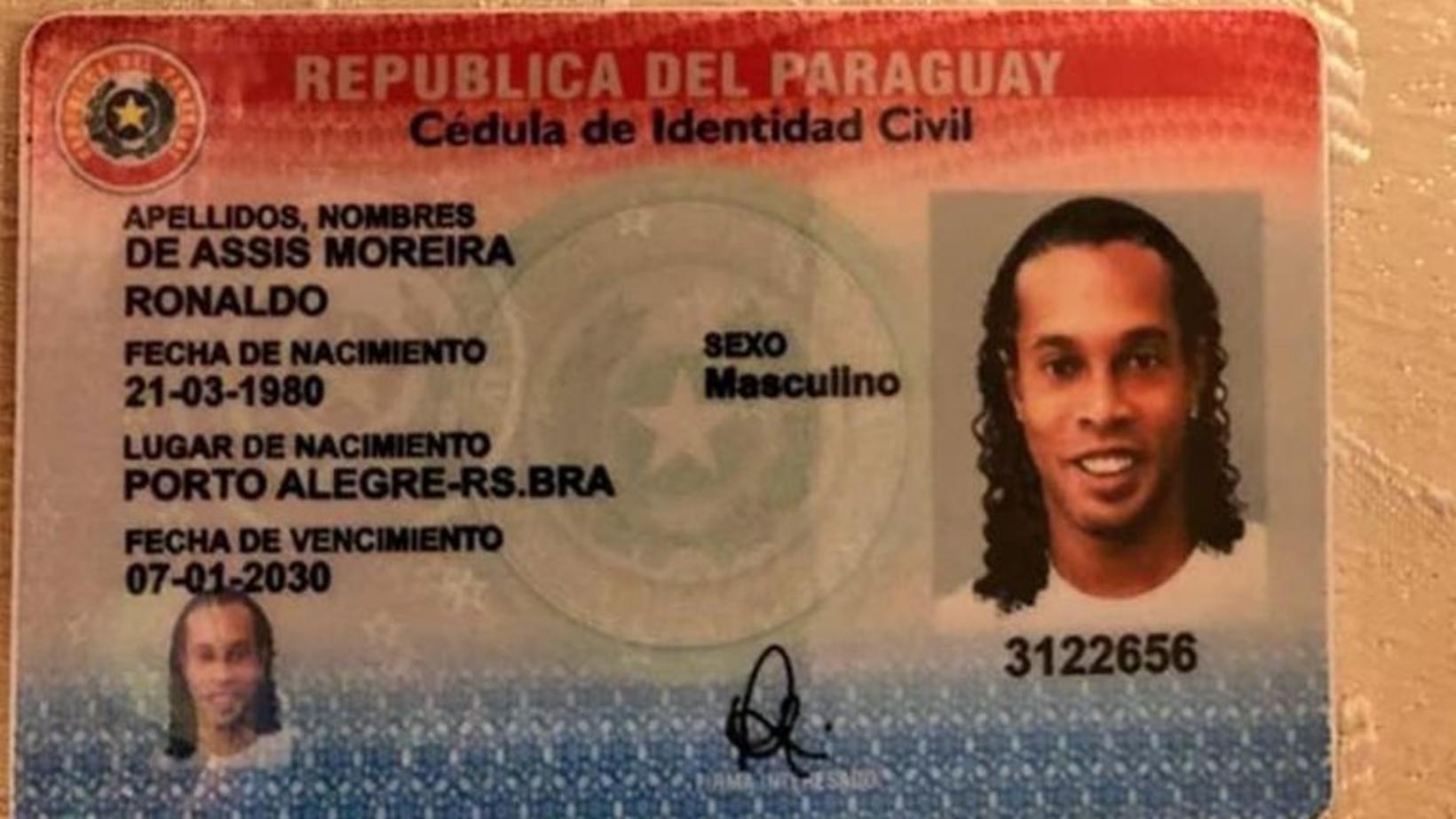 Falsaða vegabréfið sem Ronaldinho var með í fórum sér.