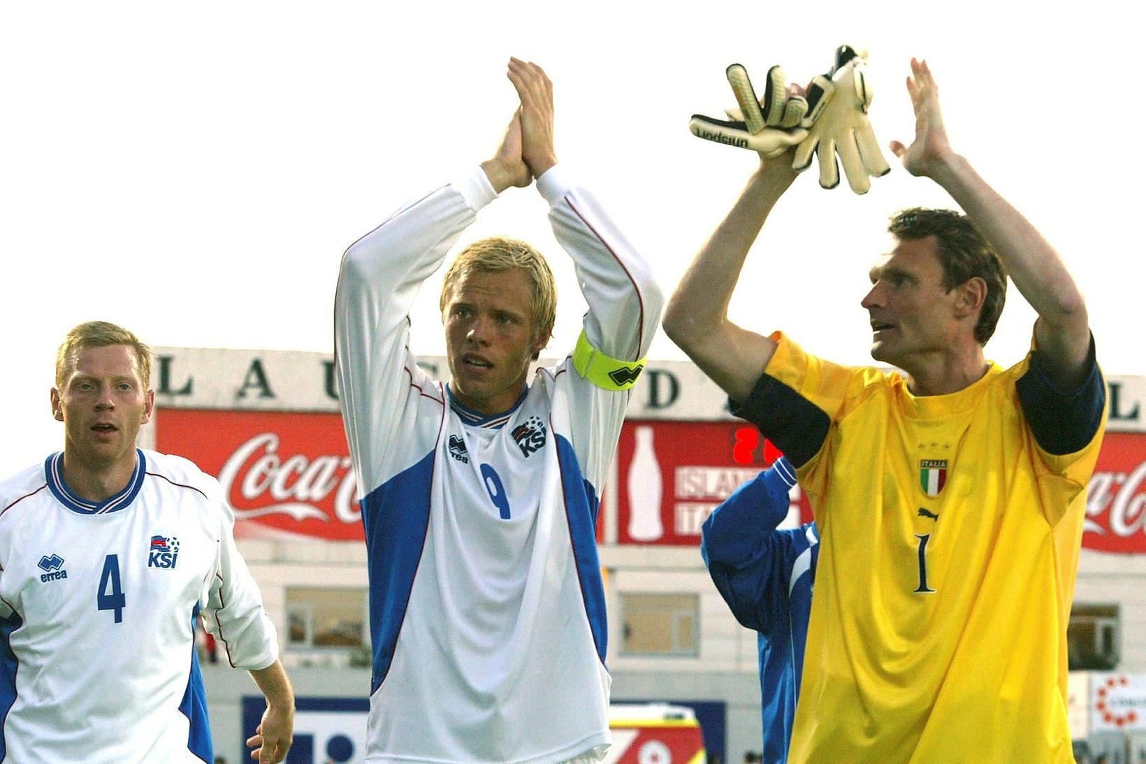 Birkir fagnar sigri á Ítölum á Laugardalsvelli árið 2004 ásamt …