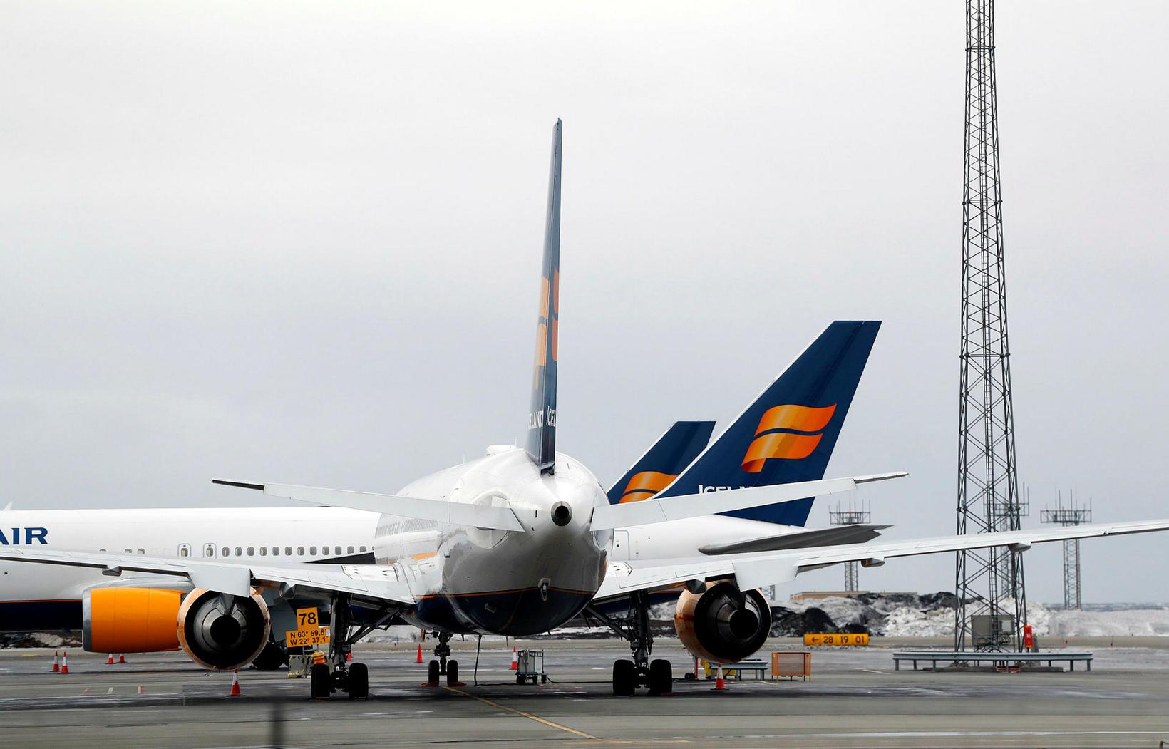 Flugvélar Icelandair standa flestar á flugvellinum í Keflavík og engin …