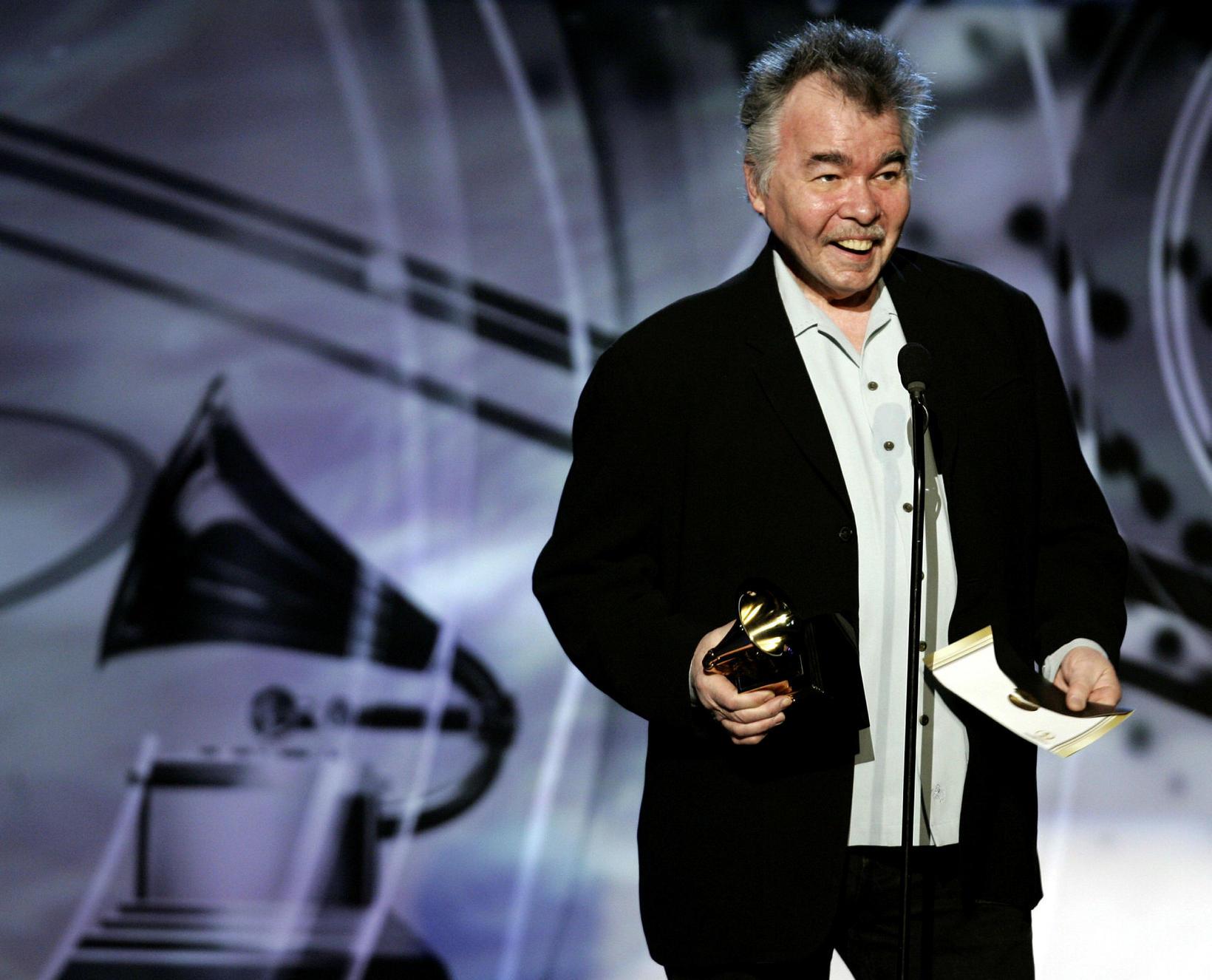 Prine tekur við Grammy-verðlaununum árið 2006.