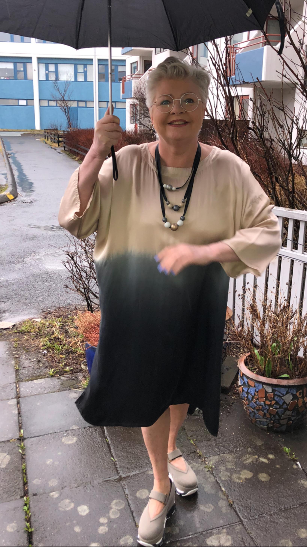 Hamingjusöm og fín með regnhlíf.