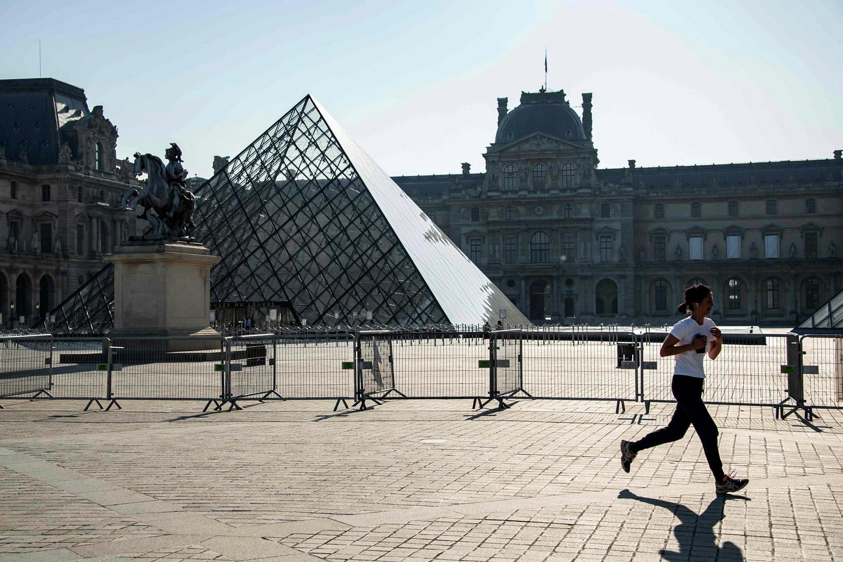 Hlaupagarpur við Louvre-safnið í París, hvar útgöngubann er í gildi.