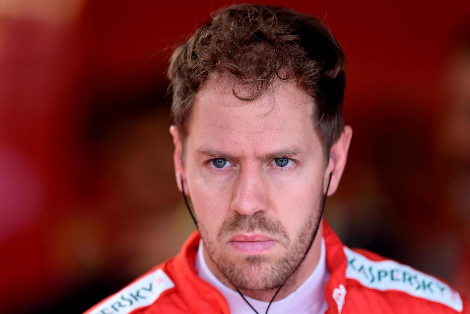Sebastian Vettel í þungum þönkum í bílskúr Ferrari í Sao …