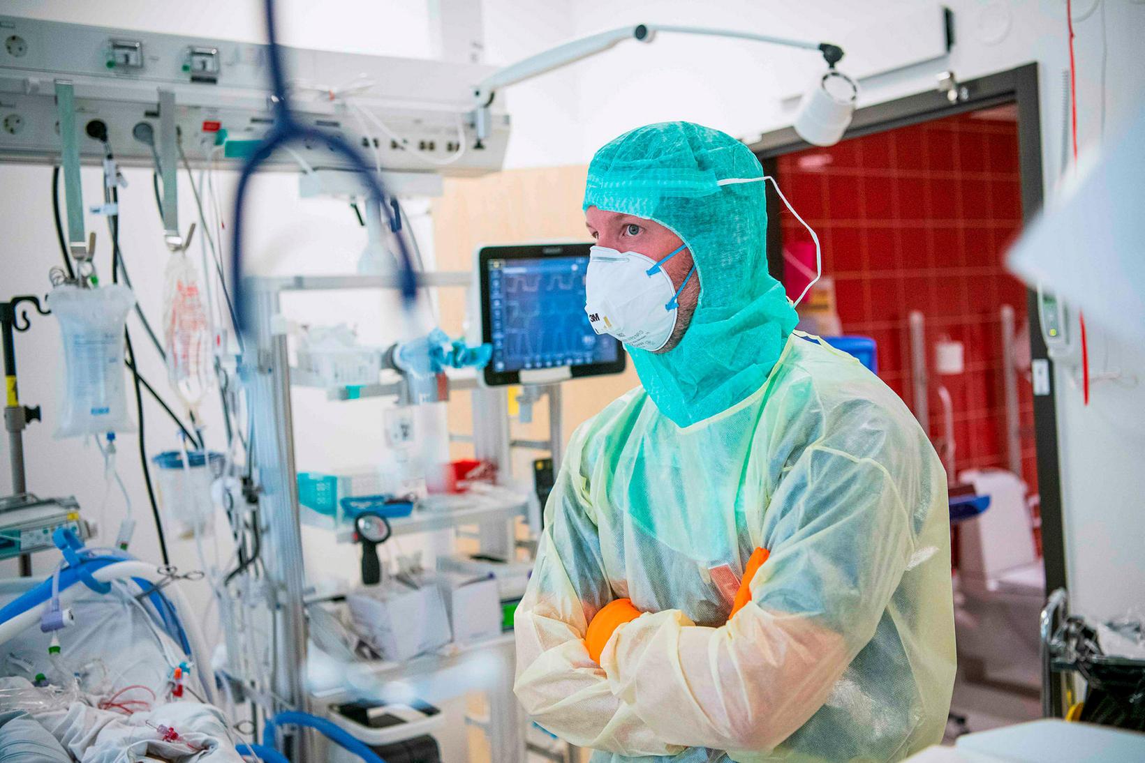 Dr. Lars Falk, læknir á EKMO-deild (Extrakorporeal membranoxidering) Karolinska-sjúkrahússins í …