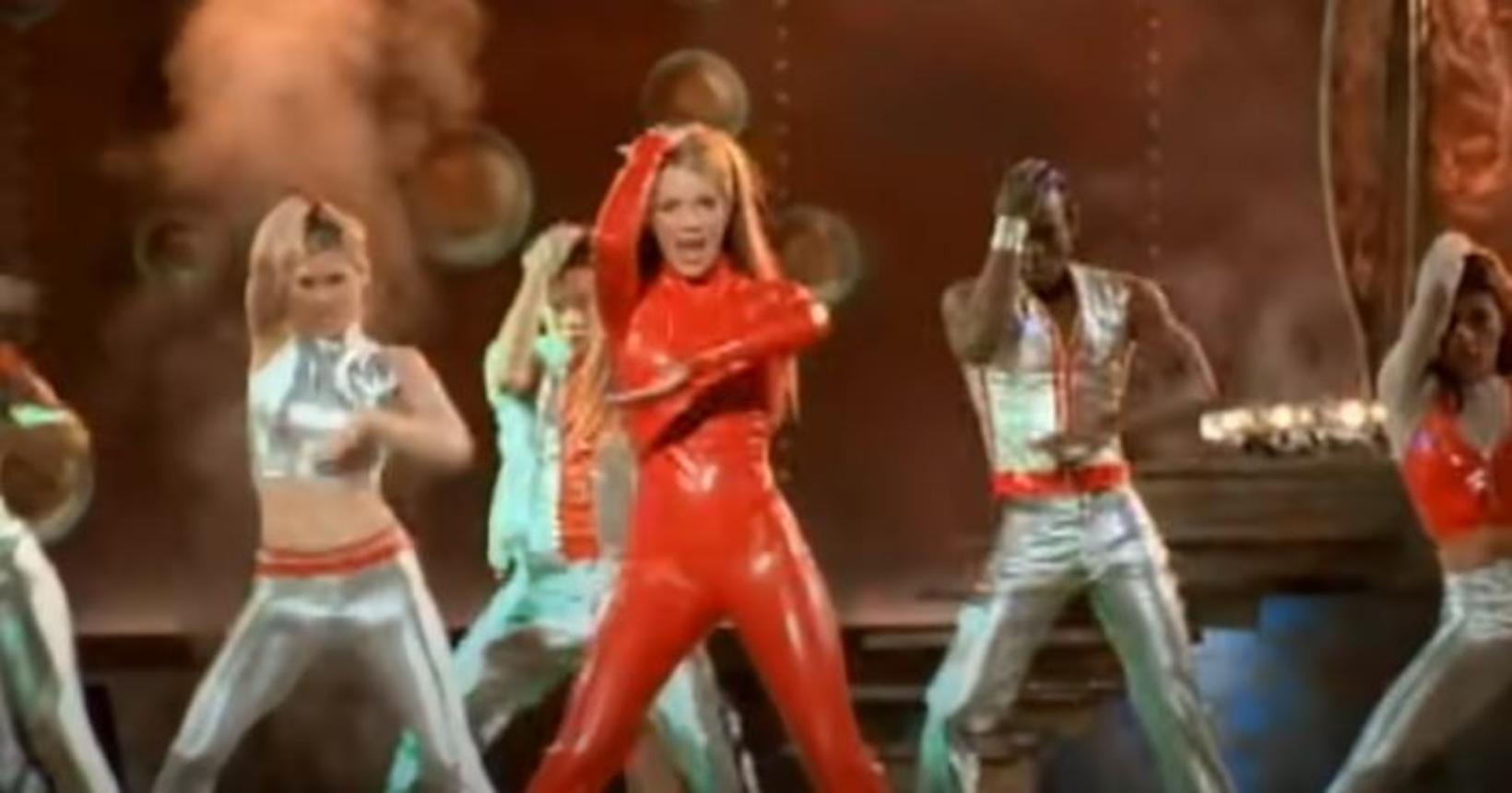 Britney Spears ásamt dönsurum sínum í myndbandinu góða.