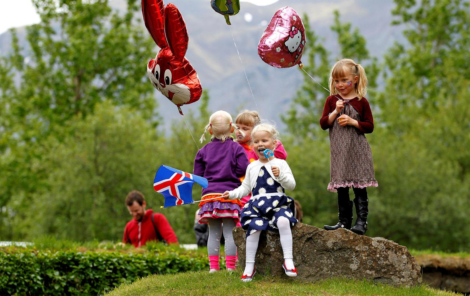 Börn fagna þjóðhátíðardreginum í Skallagrímsgarði á þessari mynd úr safni. …