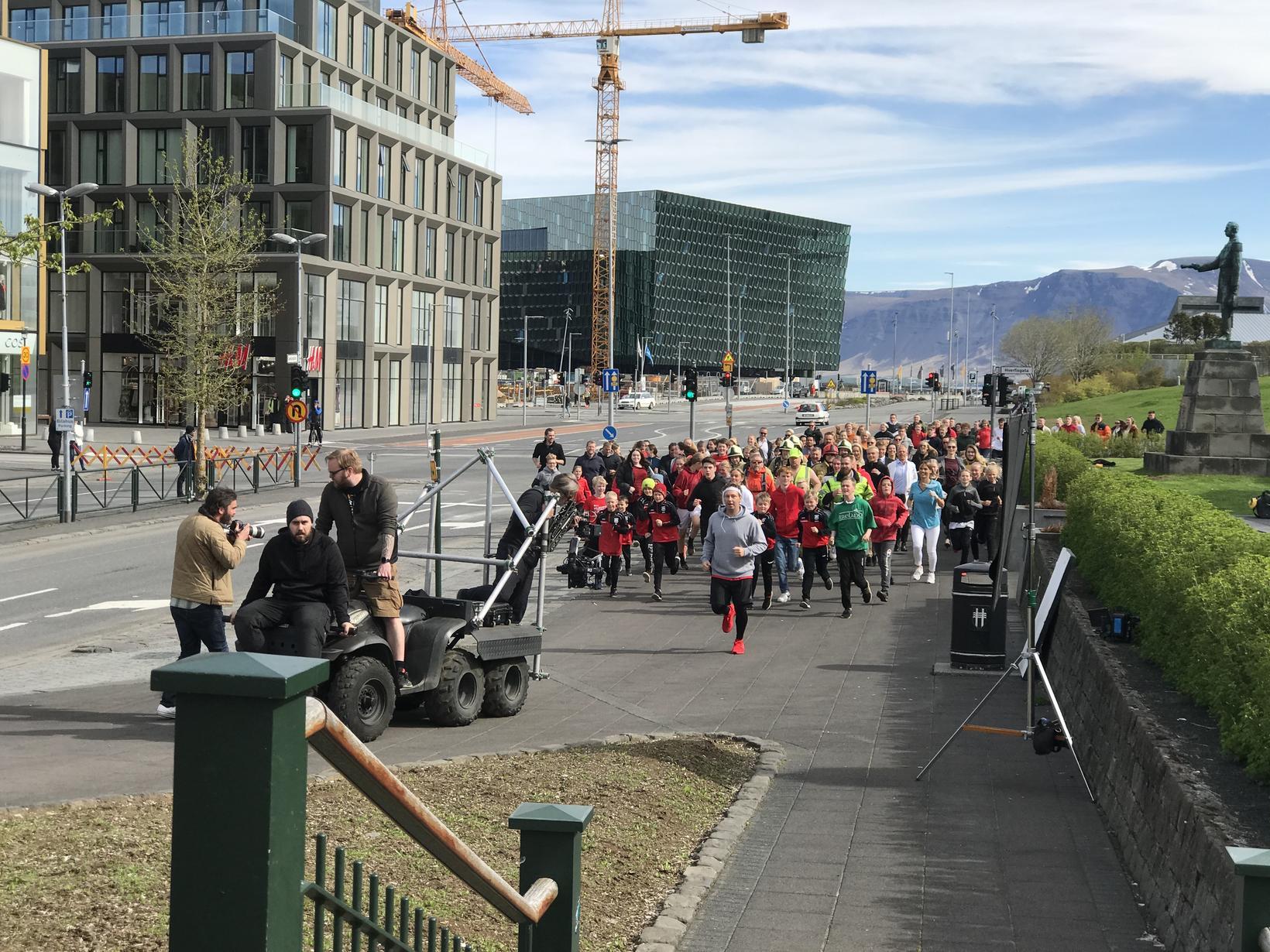 Hlaupið í Lækjargötunni fyrir nýja auglýsingu Reykjavíkurmaraþonsins.