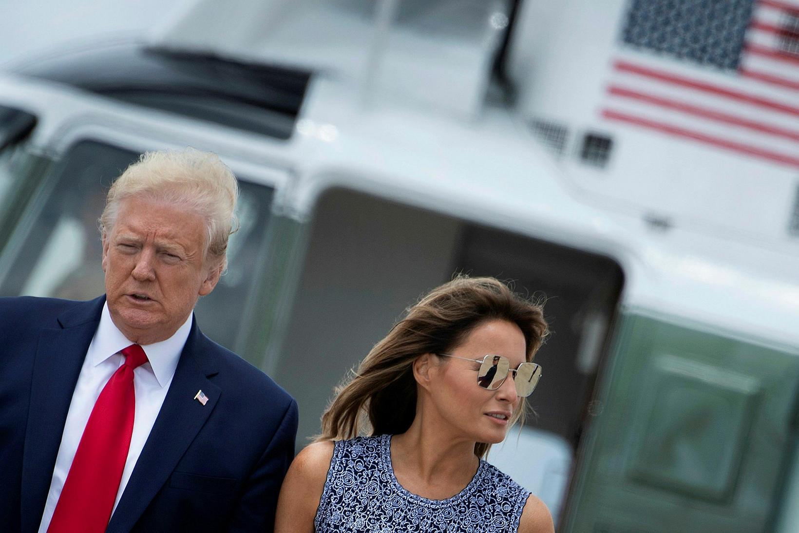 Donald Trump Bandaríkjaforseti og Melania Trump forsetafrú skömmu eftir lendingu …