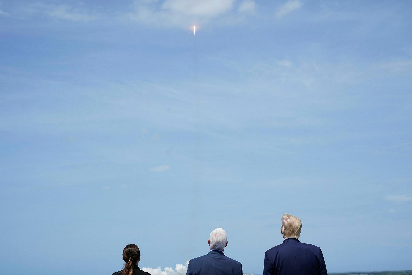 Donald Trump Bandaríkjaforseti horfir á eftir geimferjunni ásamt Mike Pence, …