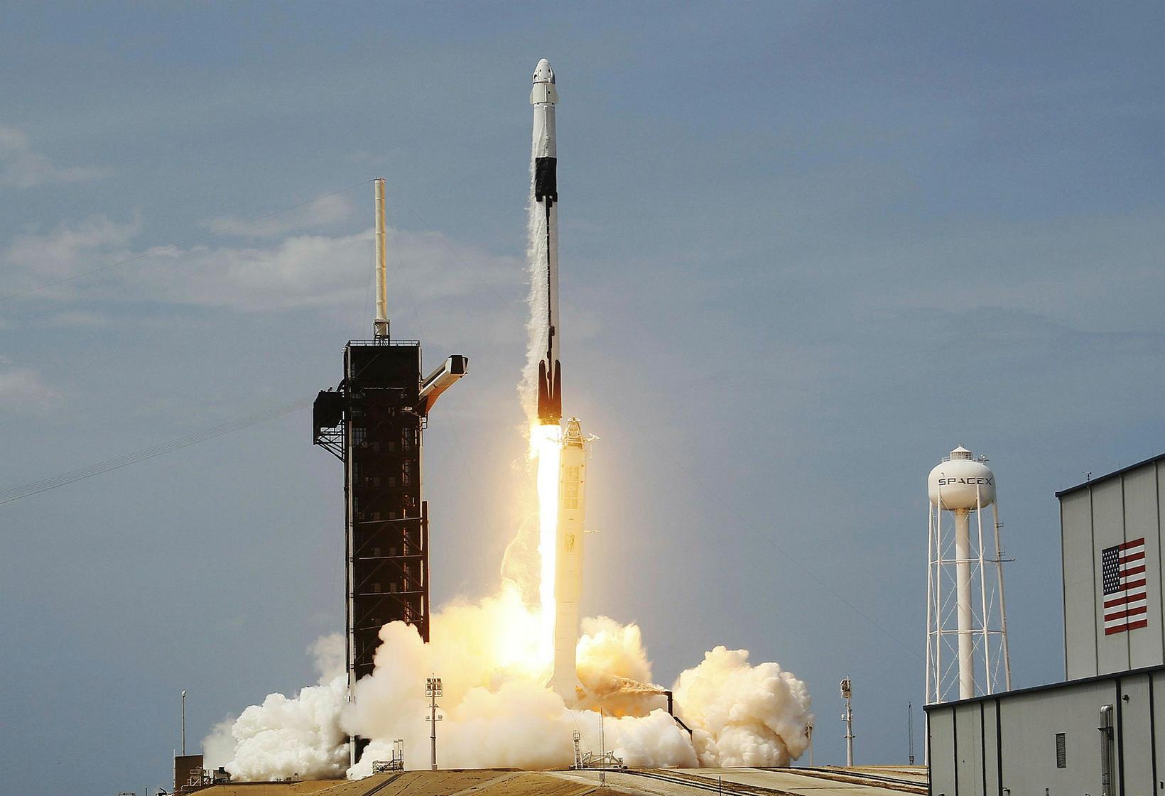 Falcon 9 eldflaugin tekur á loft með geimfarana innan hylkisins …
