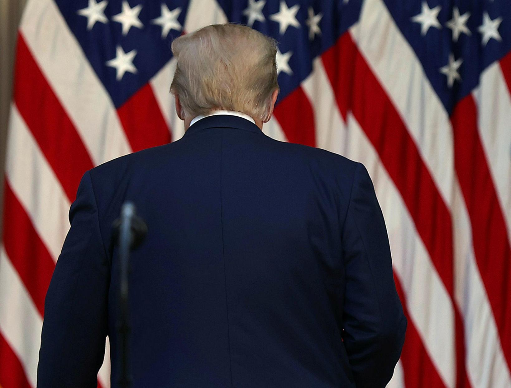 Trump svaraði engum spurningum fjölmiðlafólks að ávarpinu loknu sem reyndu …