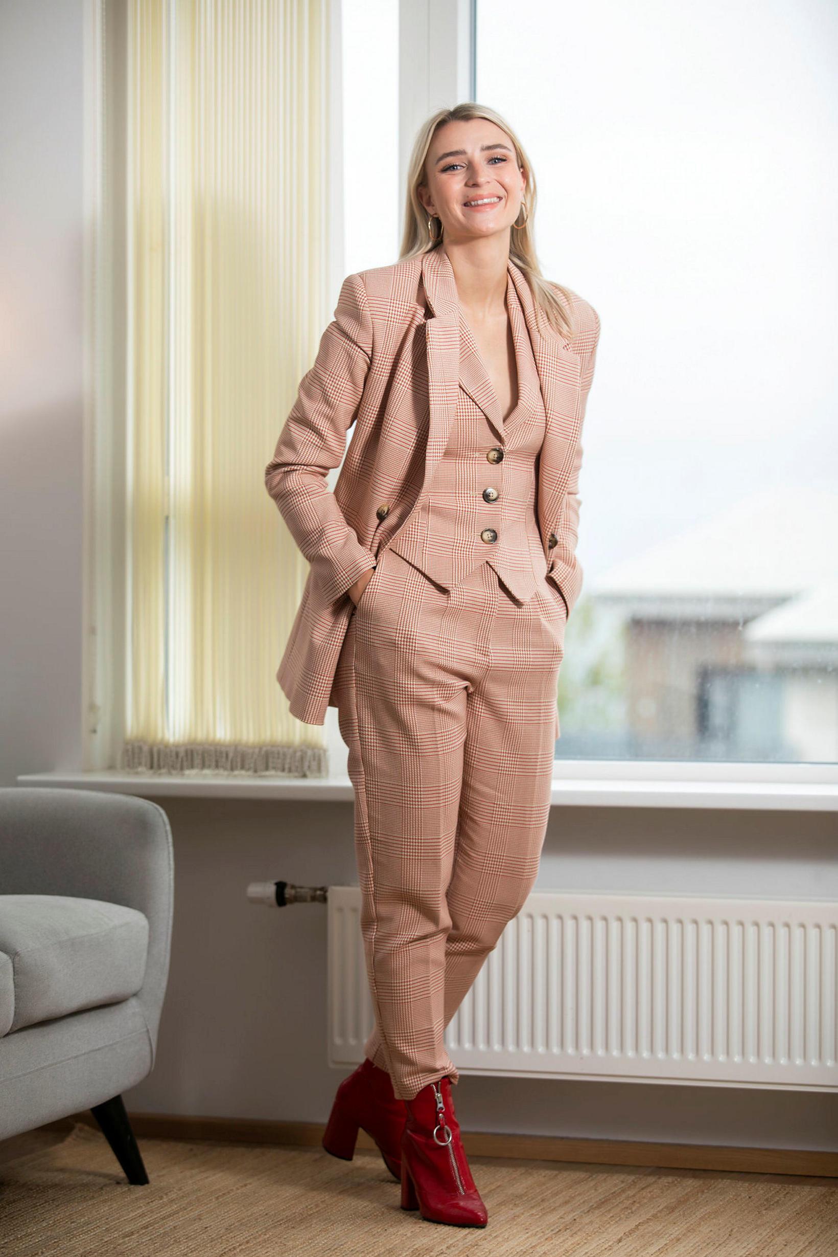 Karen Björg fékk þessa bleiku dragt og rauðu skó á …