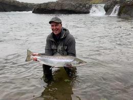 Ólafur Johnson leigutaki með 88 sentímetra fisk sem hann veiddi neðan við Sunnefjufoss.