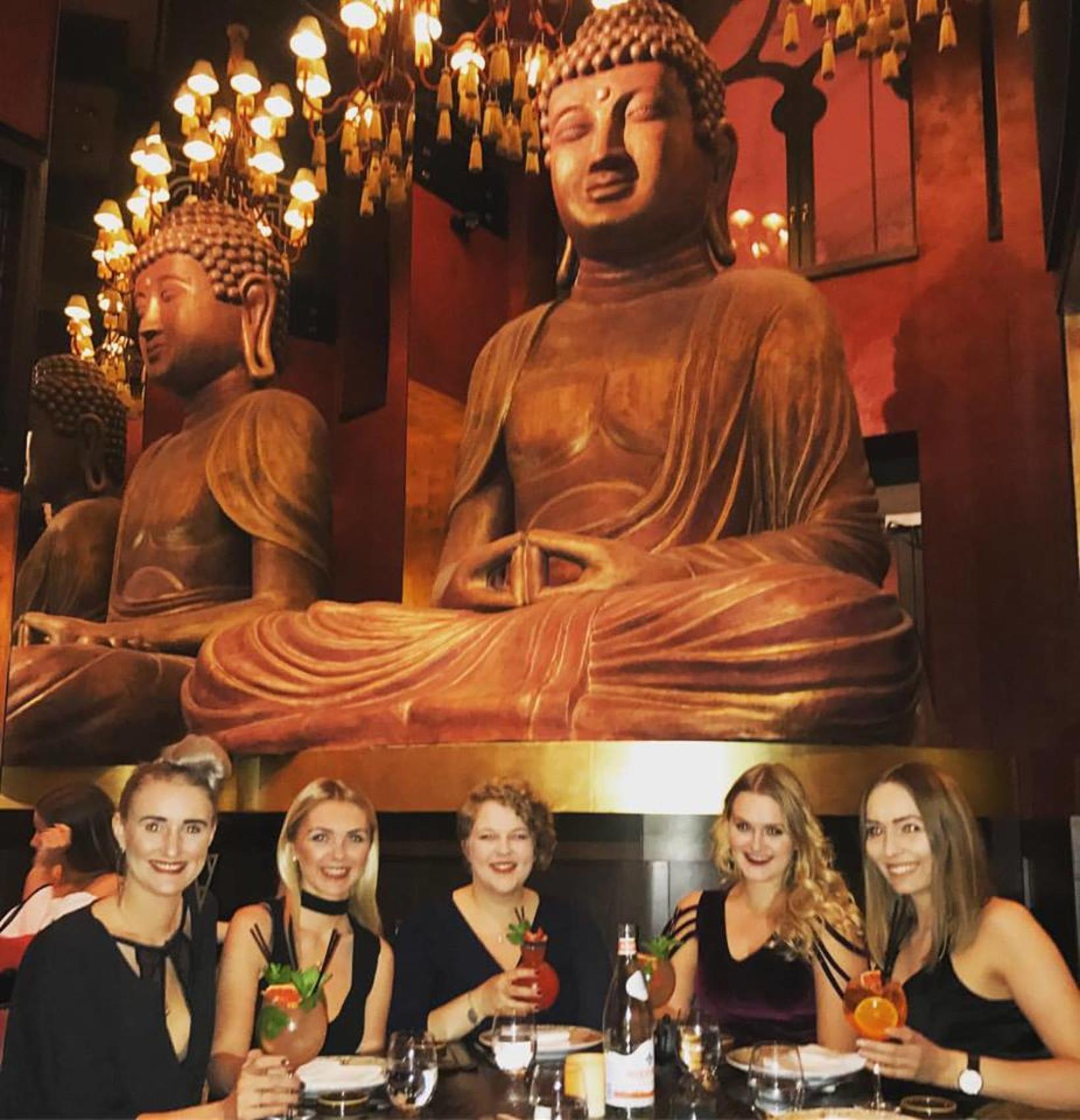 María (lengst til hægri) ásamt vinkonum sínum á Buddha-Bar Hotel …
