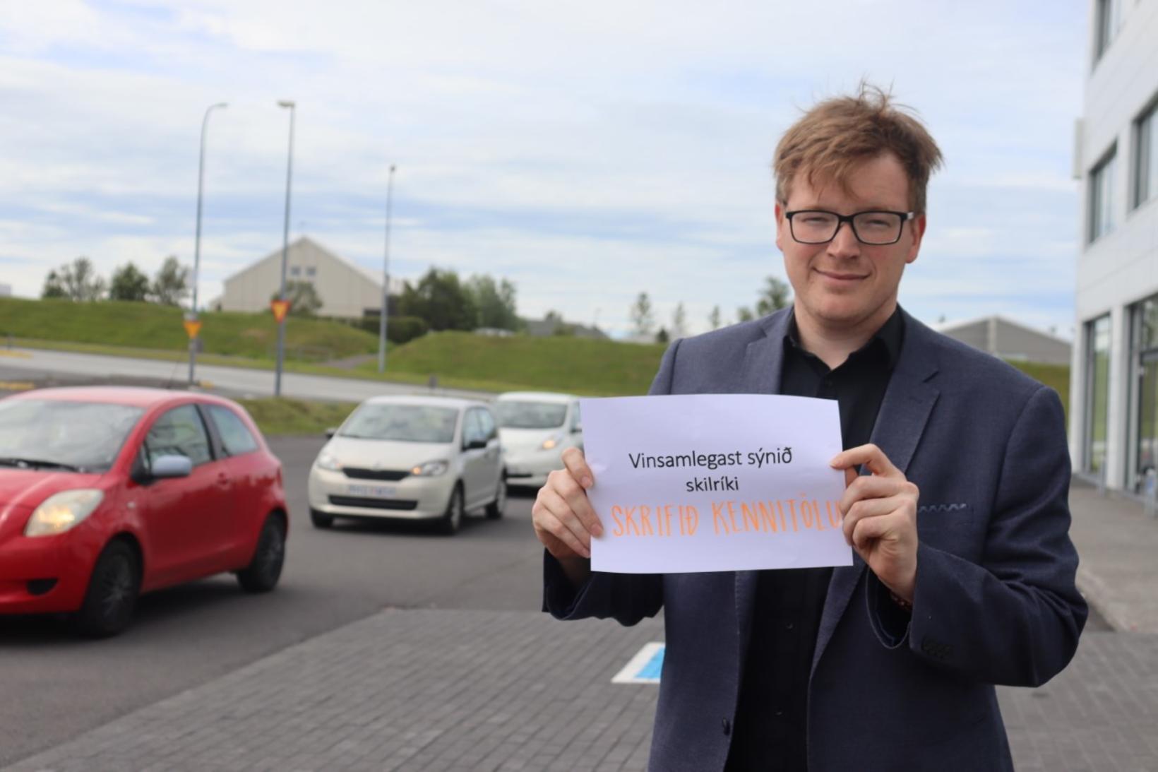 Jóhann Gunnar Þórarinsson sýnir kjósendum blað með leiðbeiningum.