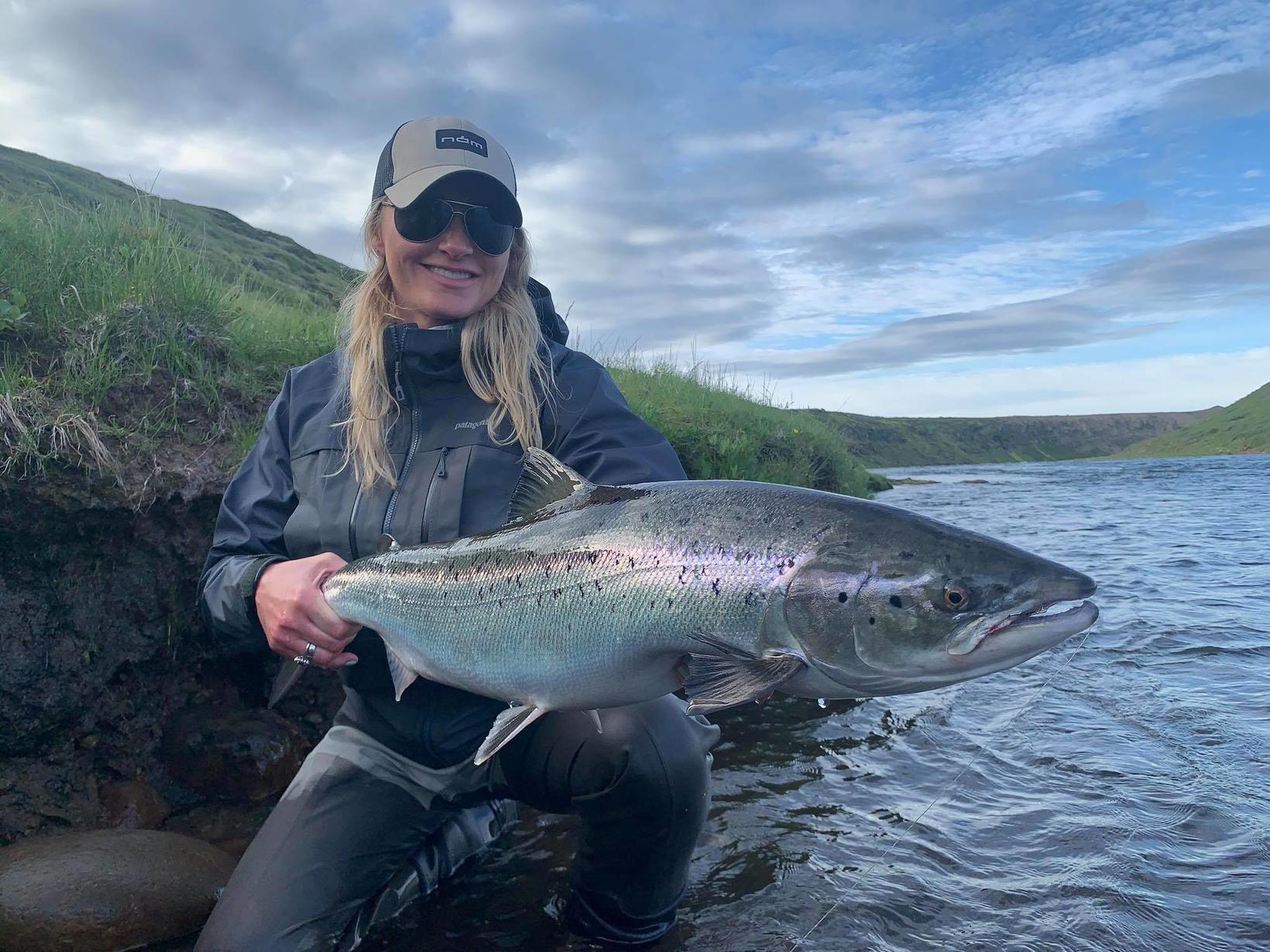 Erna Þorsteinsdóttir, kona Ingólfs með glæsilegan fisk úr Efri þriggja …