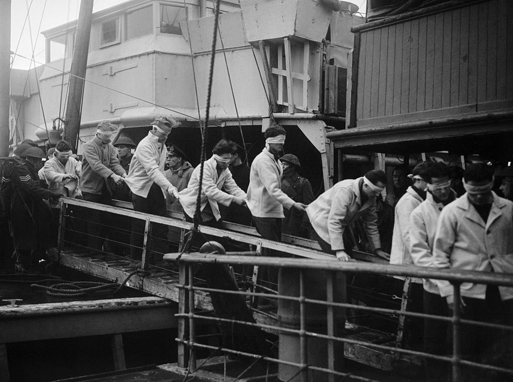 Sjóliðar af þýska orrustuskipinu Scharnhorst ganga frá borði breska flutningaskipsins …