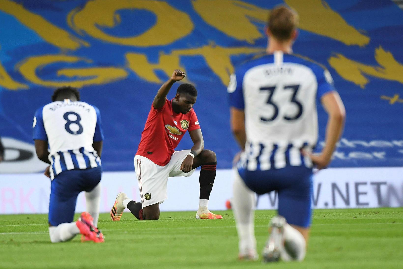 Paul Pogba krýpur á kné í leik Manchester United og …