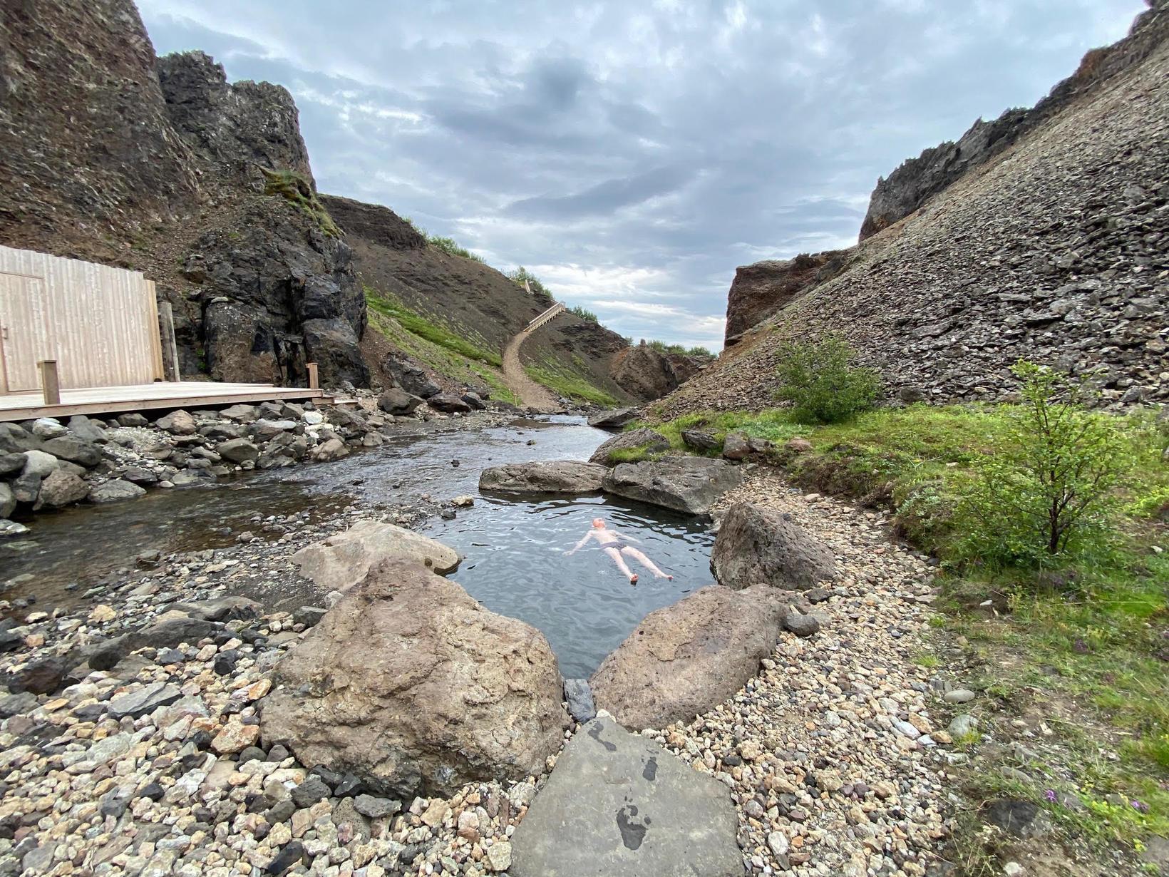 Skeifan blandast köldu lækjarvatninu þannig að þar er vatnið ylvolgt.