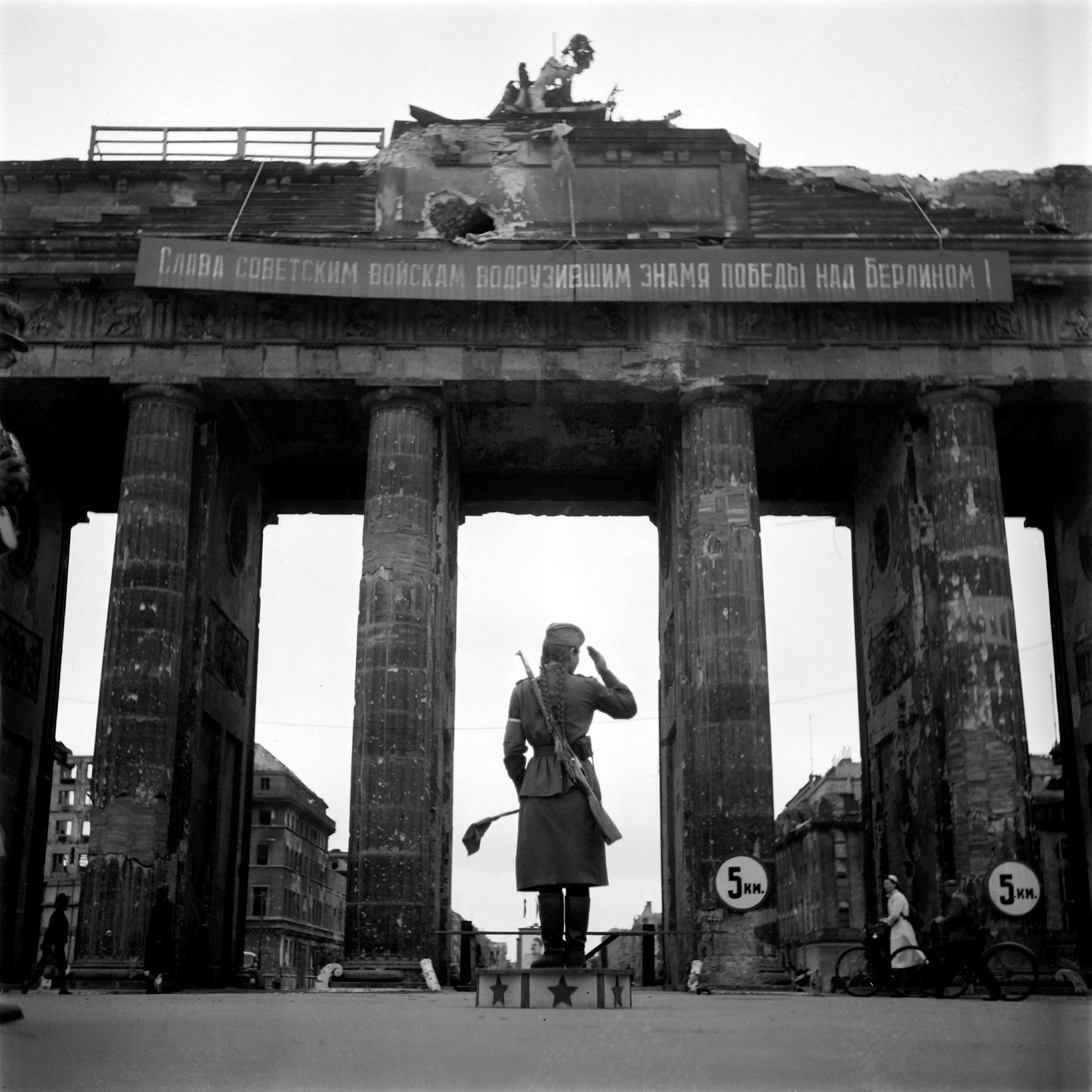 1. júlí 1945, rússneskur hermaður við Brandenborgarhliðið í Berlín.