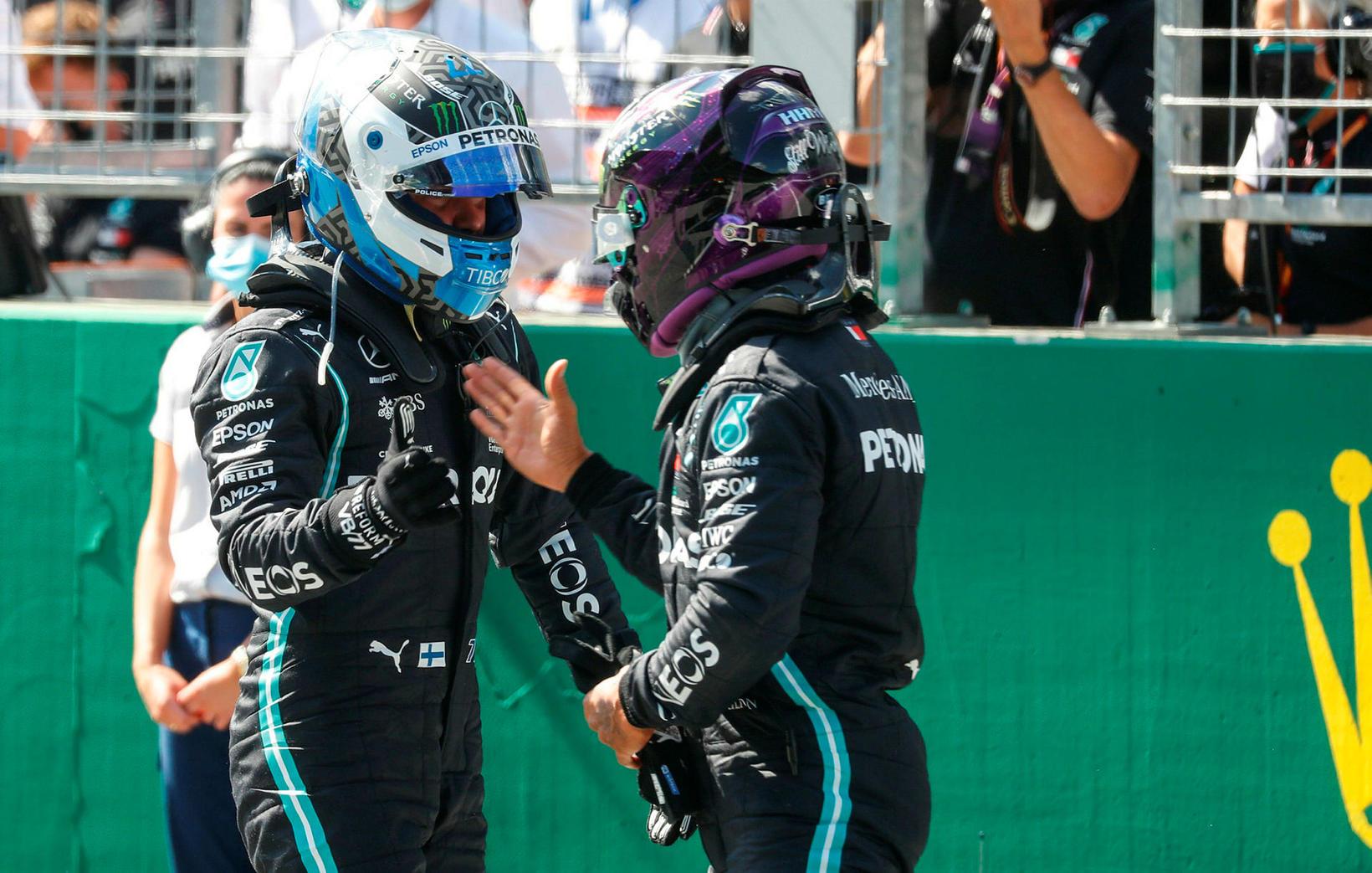 Lewis Hamilton (t.h.) óskar Valtteri Bottas til hamingju með ráspólinn …