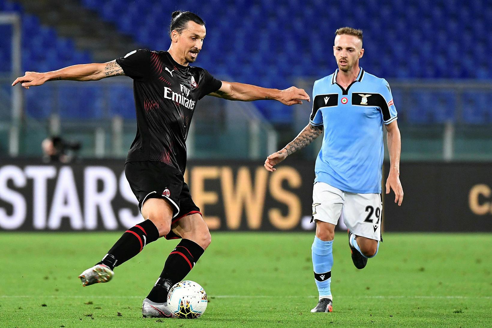 Zlatan Ibrahimovic skoraði annað mark AC Milan gegn Lazio.