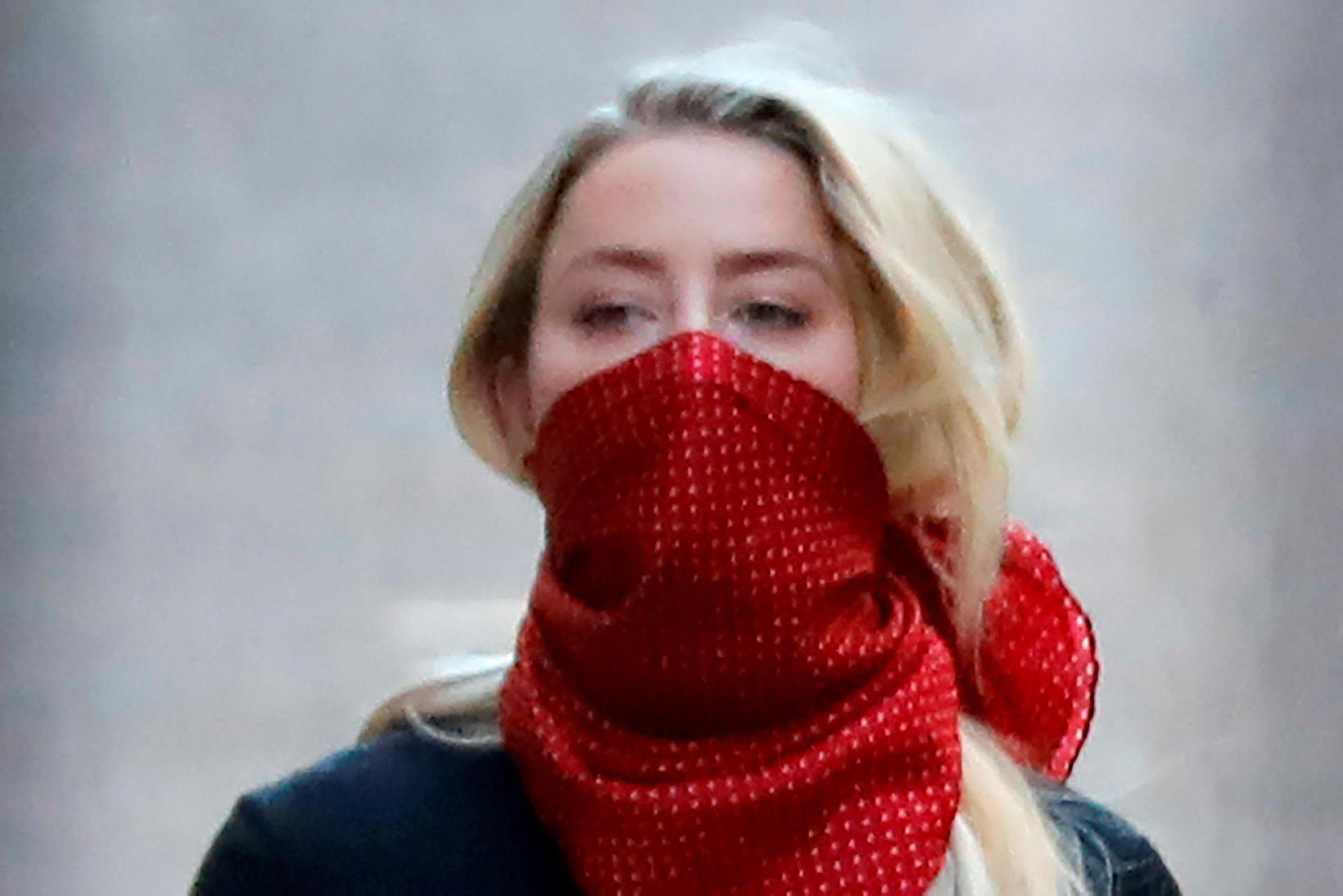 Amber Heard á leið til réttarhaldanna.