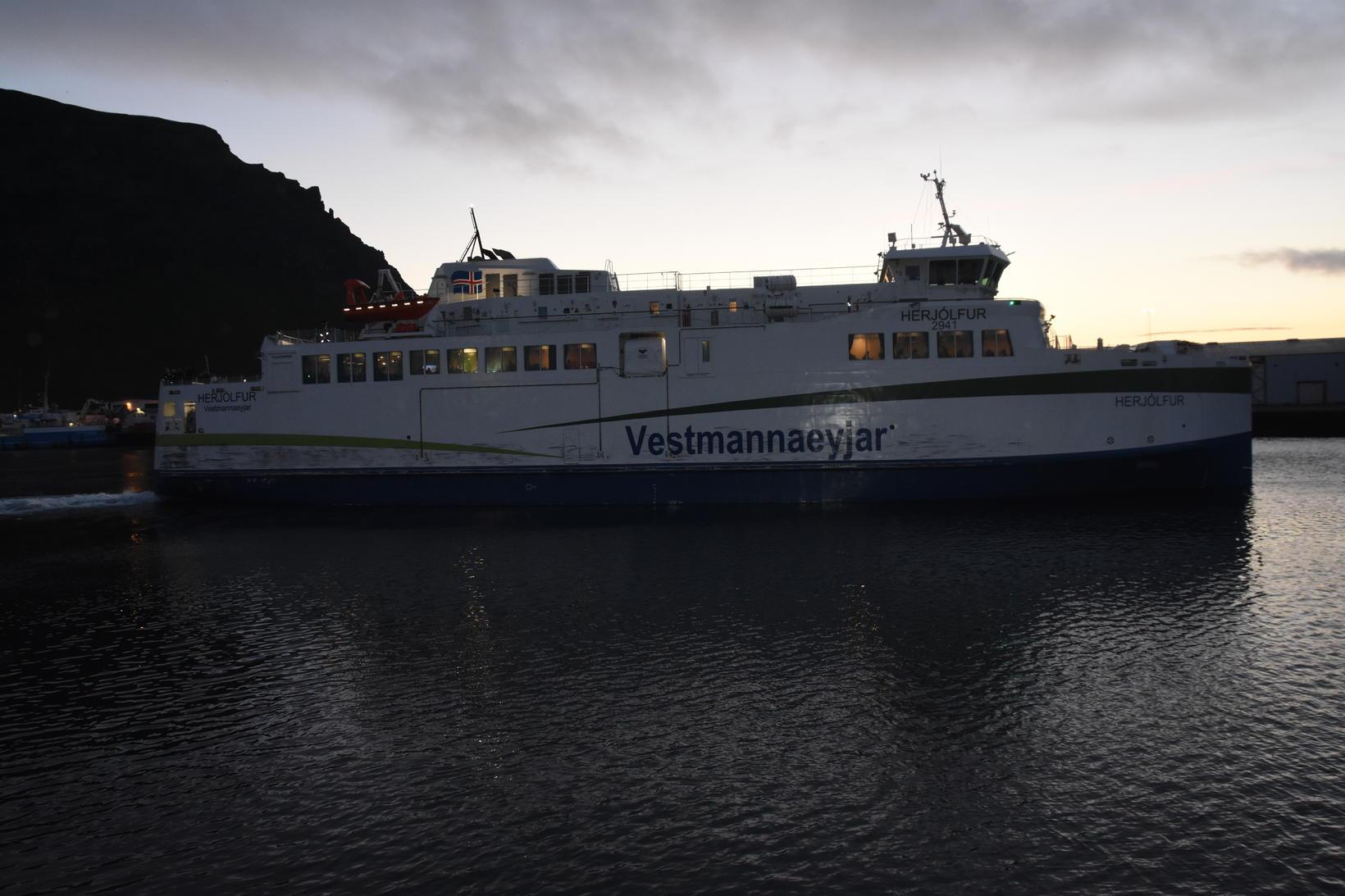 Herjólfur á leið frá Eyjum í nótt.