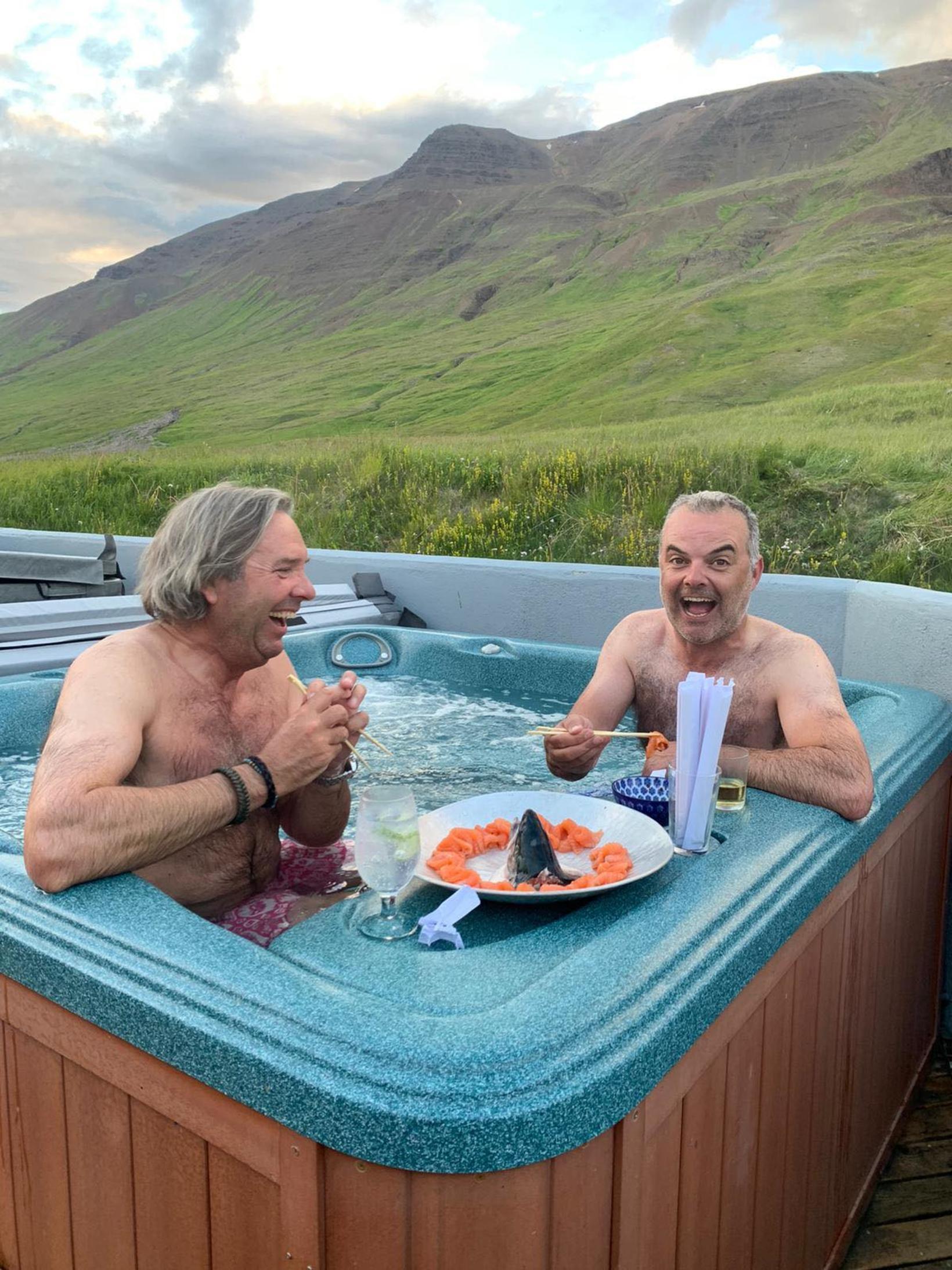 Nigel og Alex spilandi kátir eftir ævintýri morgunsins. Sashimi er …