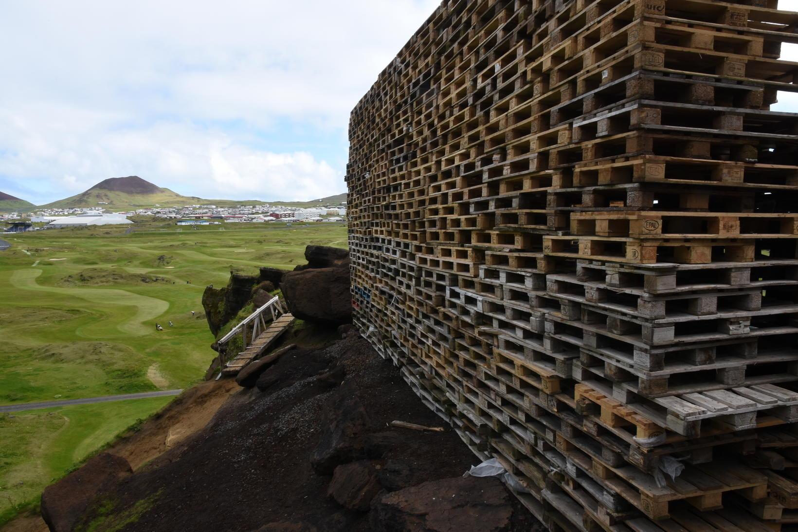 Búið er að koma eldiviðnum fyrir í Herjólfsdal.