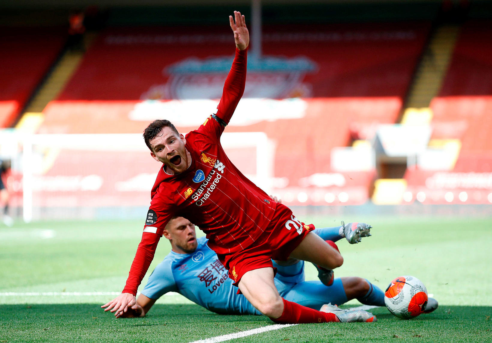 Jóhann Berg Guðmundsson tæklar hér Andrew Robertson á Anfield um …