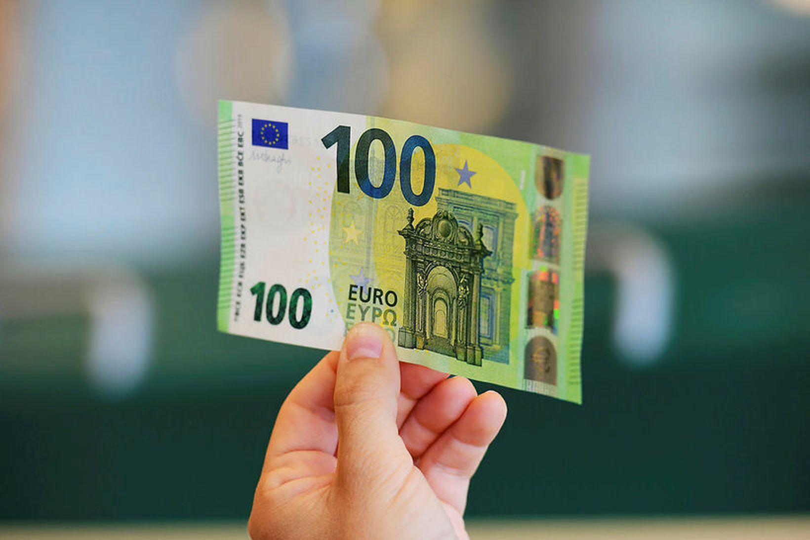 Seðlabankinn seldi 3 milljónir evra upp á hvern einasta viðskiptadag …