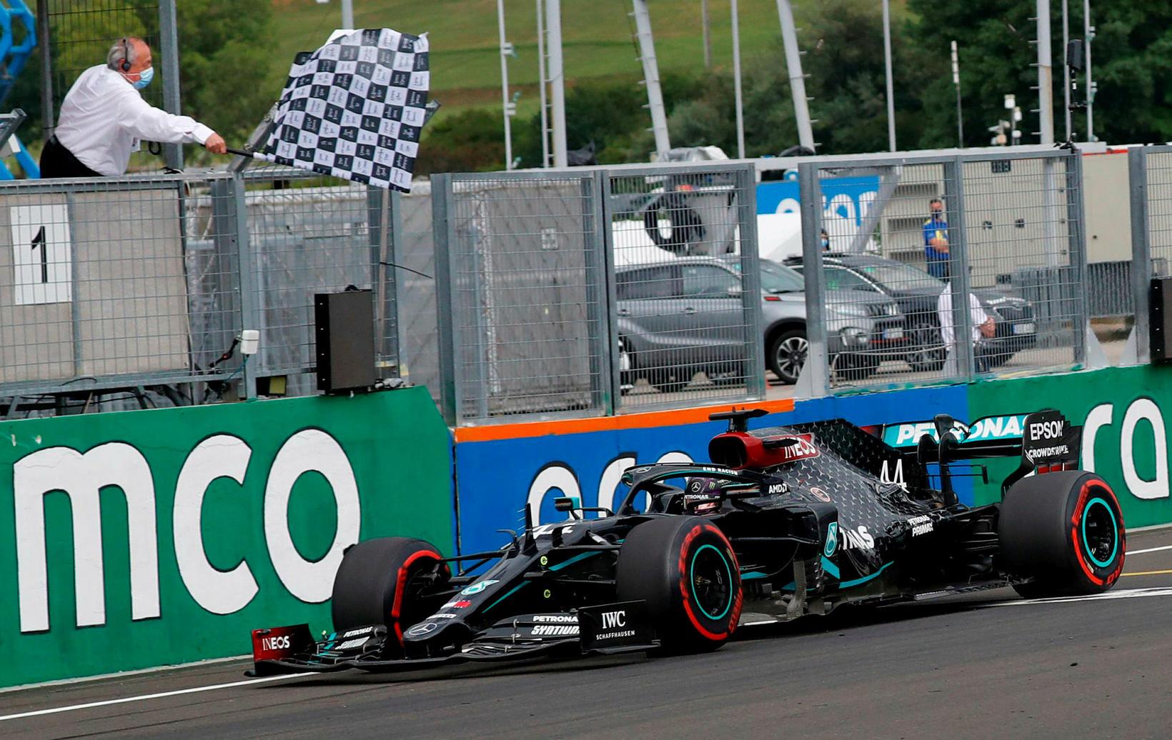 Flaggið fellur til marks um sigur Lewis Hamilton hjá Mercedes …