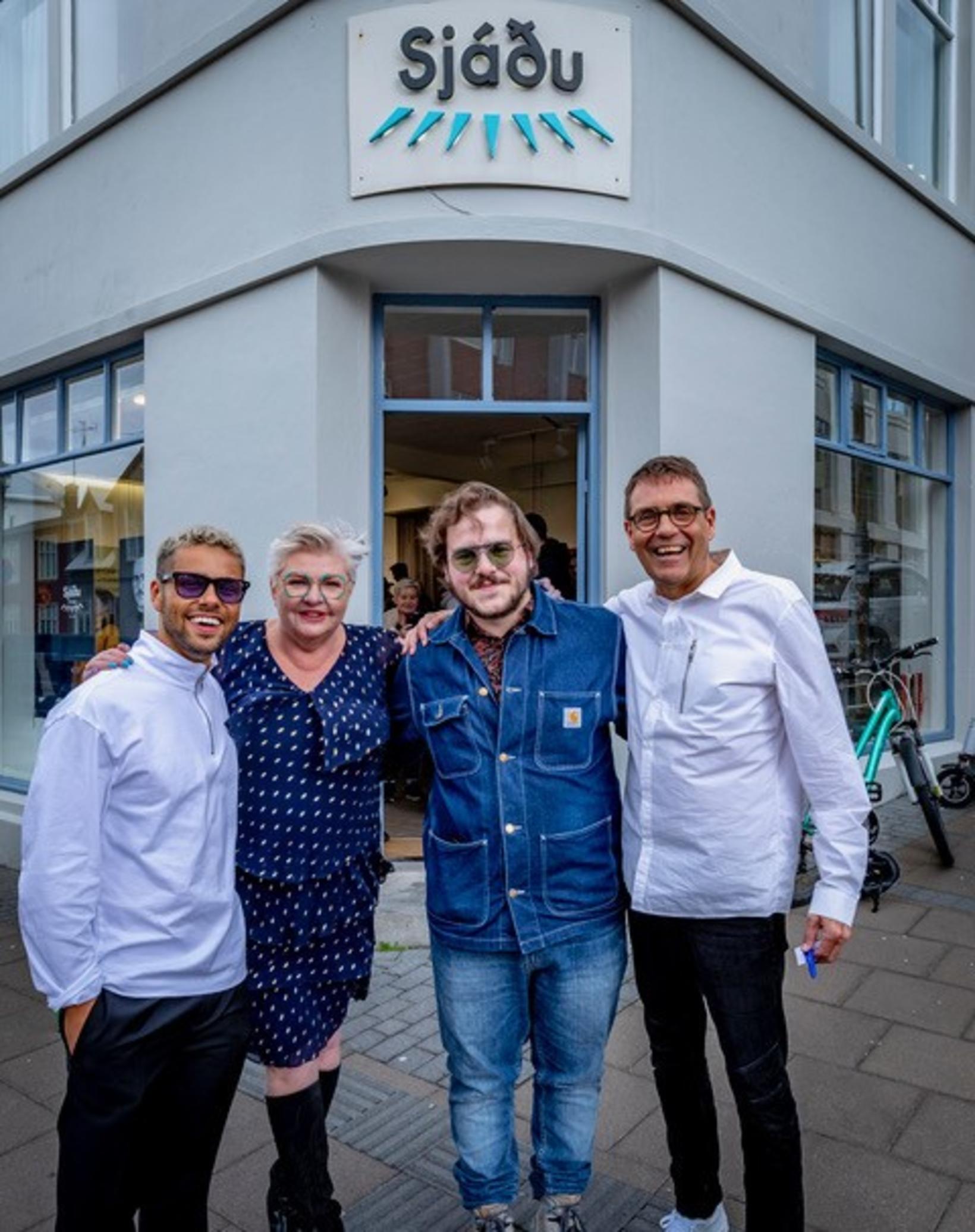 Hér eru Anna Þóra Björnsdóttir og Gylfi Björnsson ásamt Aron …