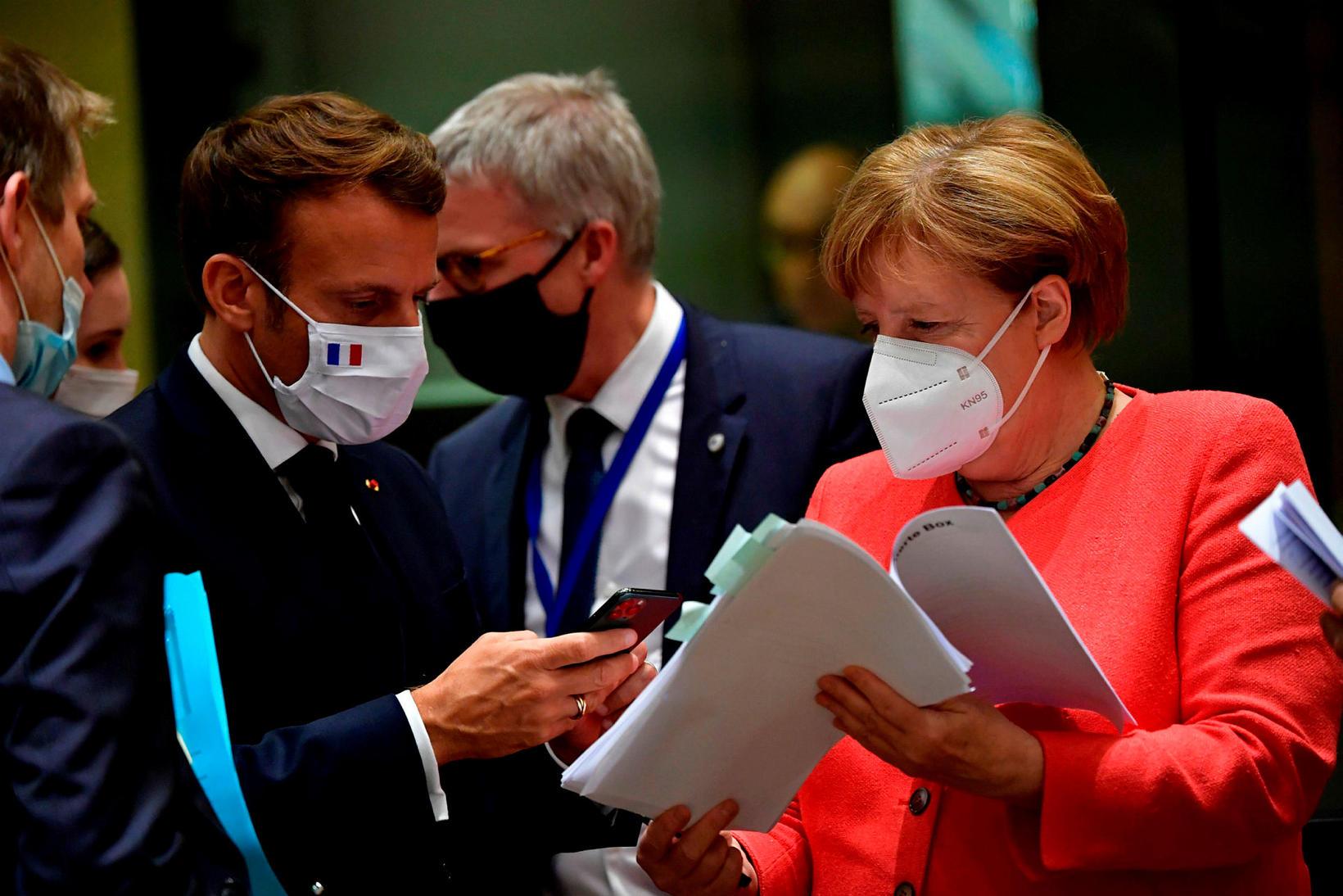 Emmanuel Macron Frakklandsforseti og Angela Merkel Þýskalandskanslari bera saman bækur.