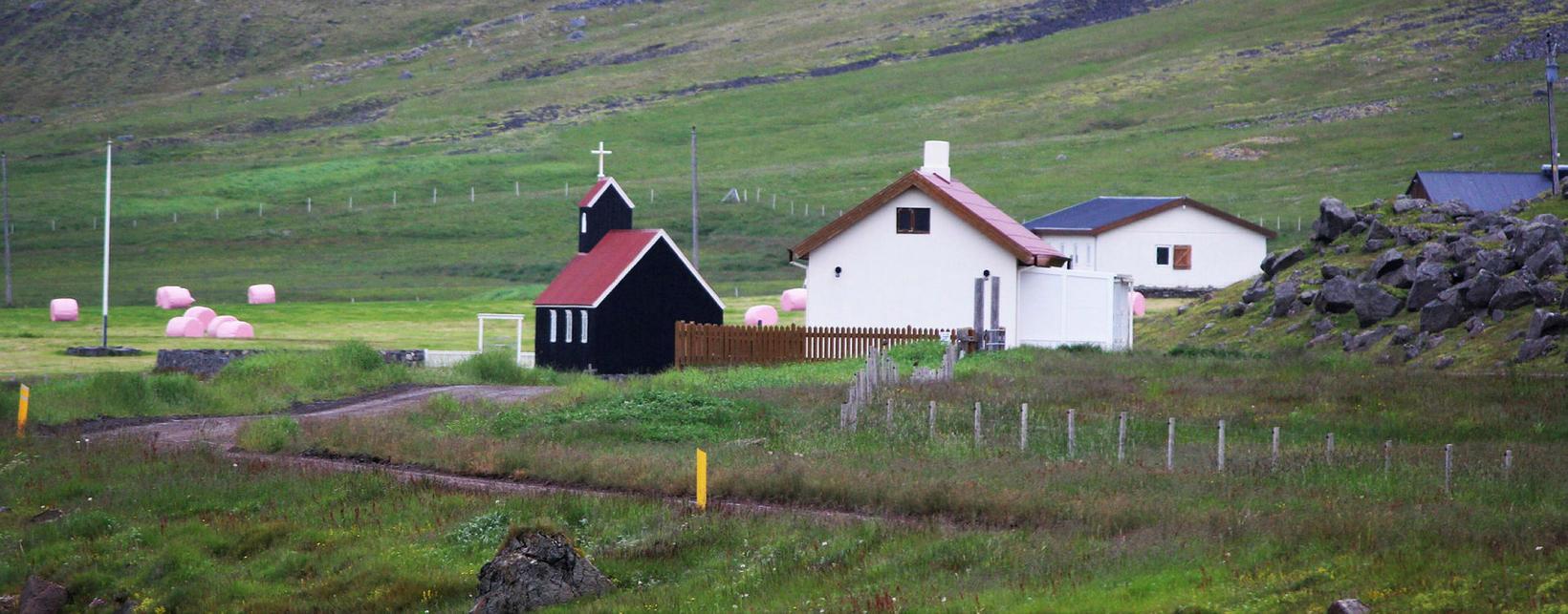 Saurbær. Kirkja, kaffistaður og íbúðarhús.