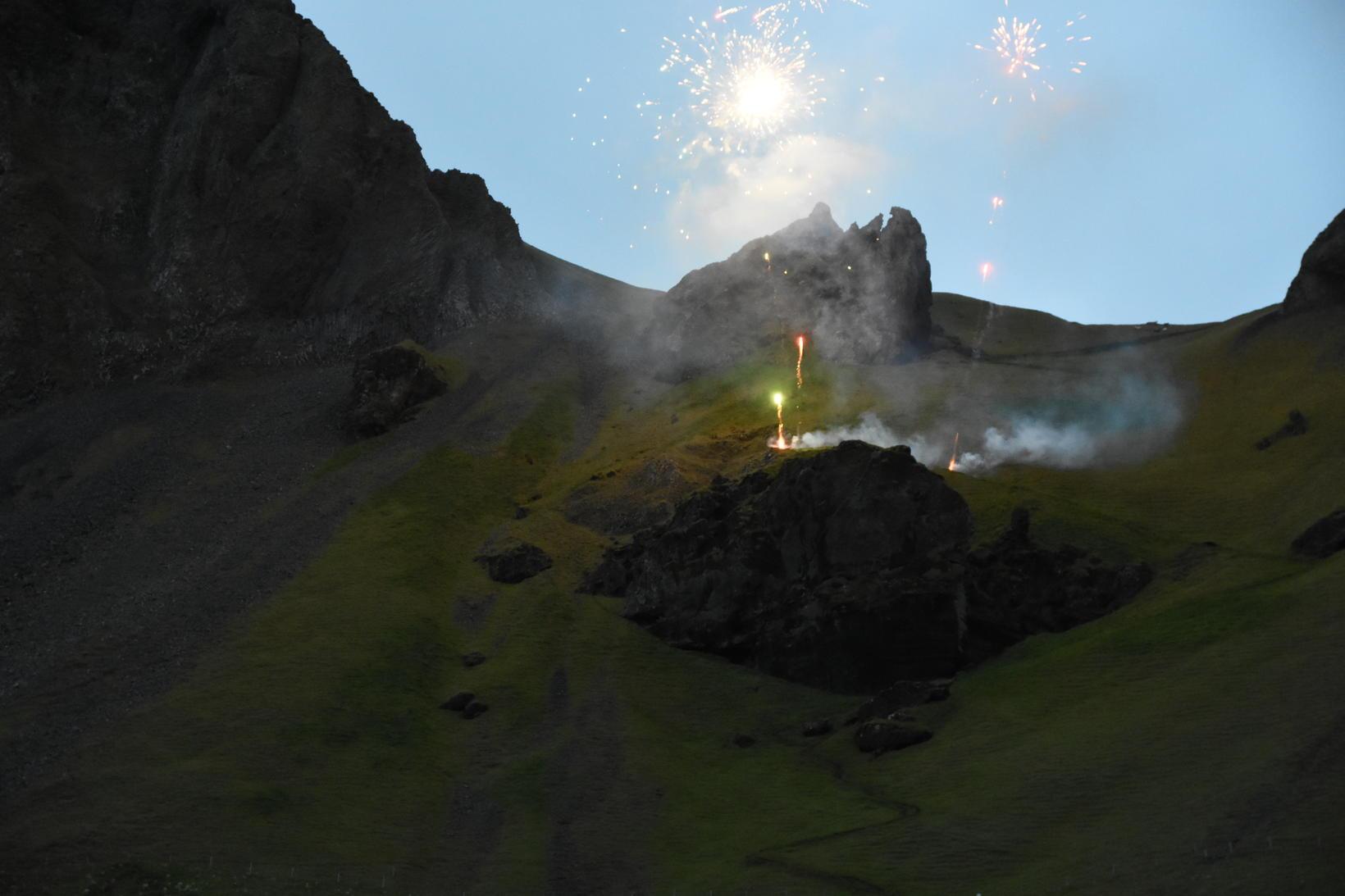Flugeldum var skotið upp við brennuna.