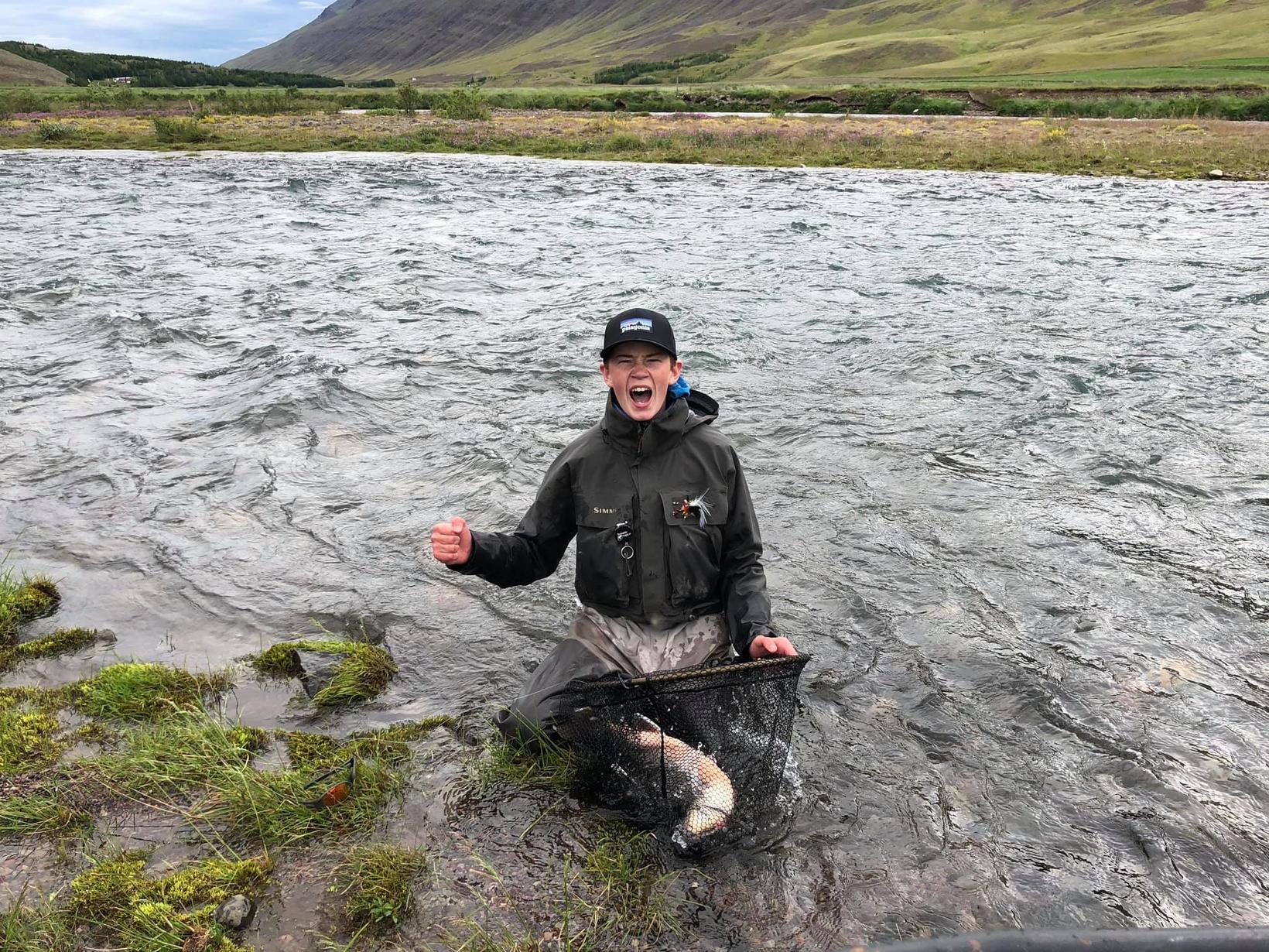 Gleðin er ósvikin enda stærsta bleikjan hans á ferlinum.