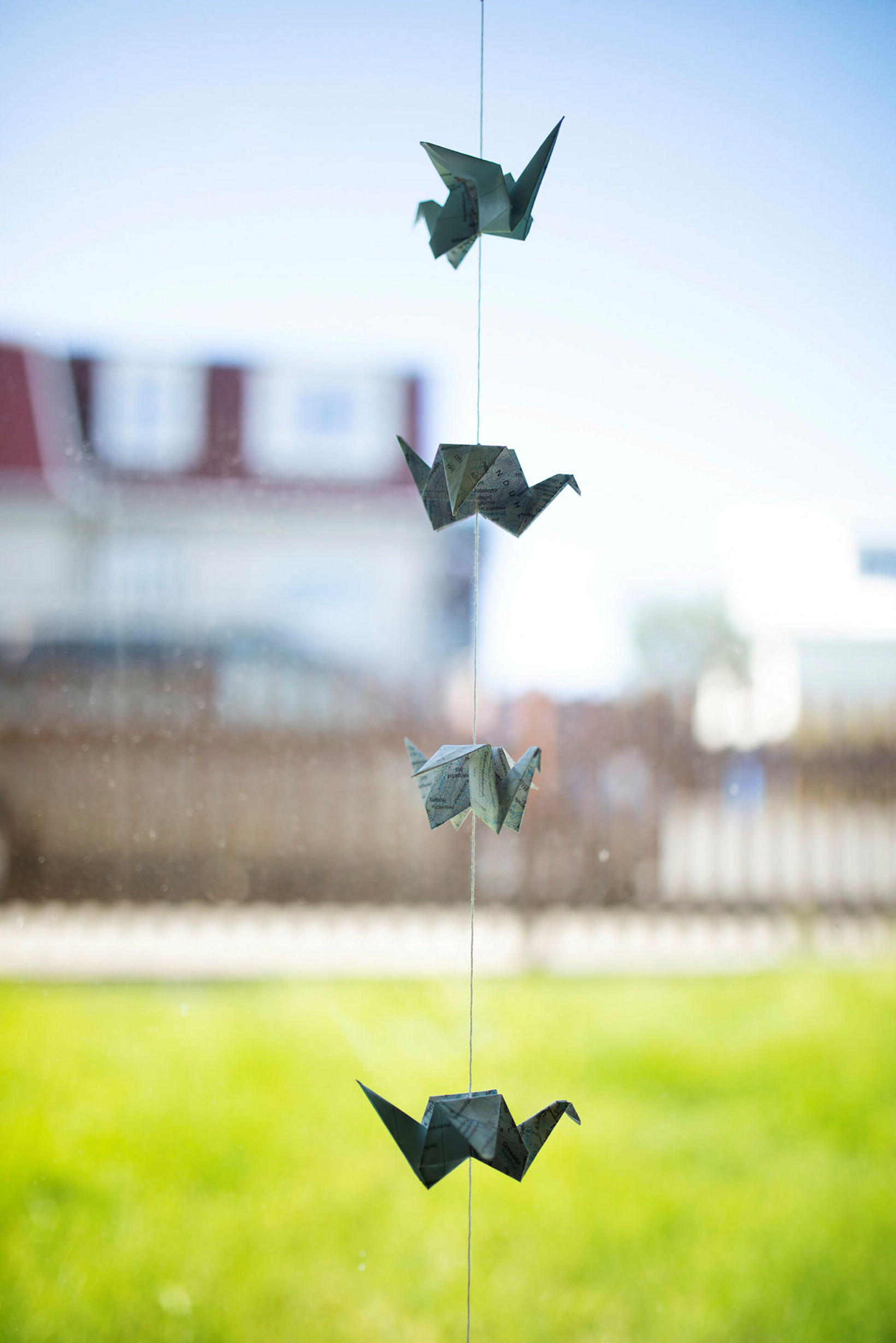 Skemmtilegt origami í glugganum.