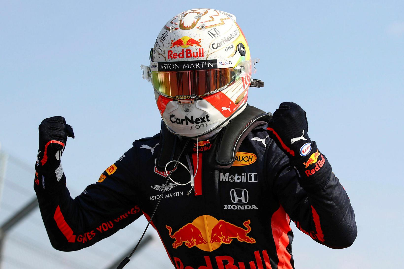 Max Verstappen fagnar sigrinum í Silverstone.