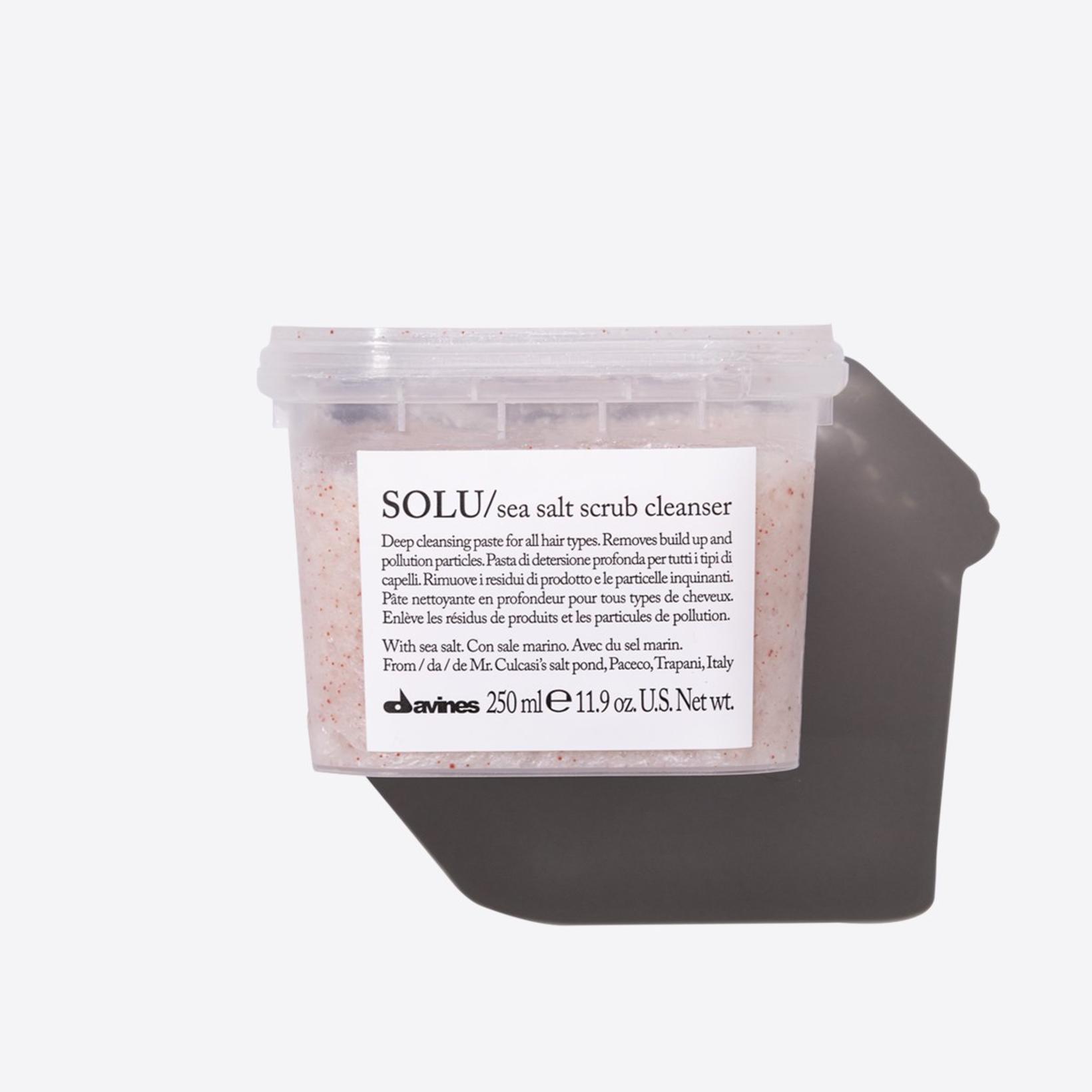 Davines SOLU Sea Salt Scrub Cleanser er djúphreinsandi saltskrúbbur sem …