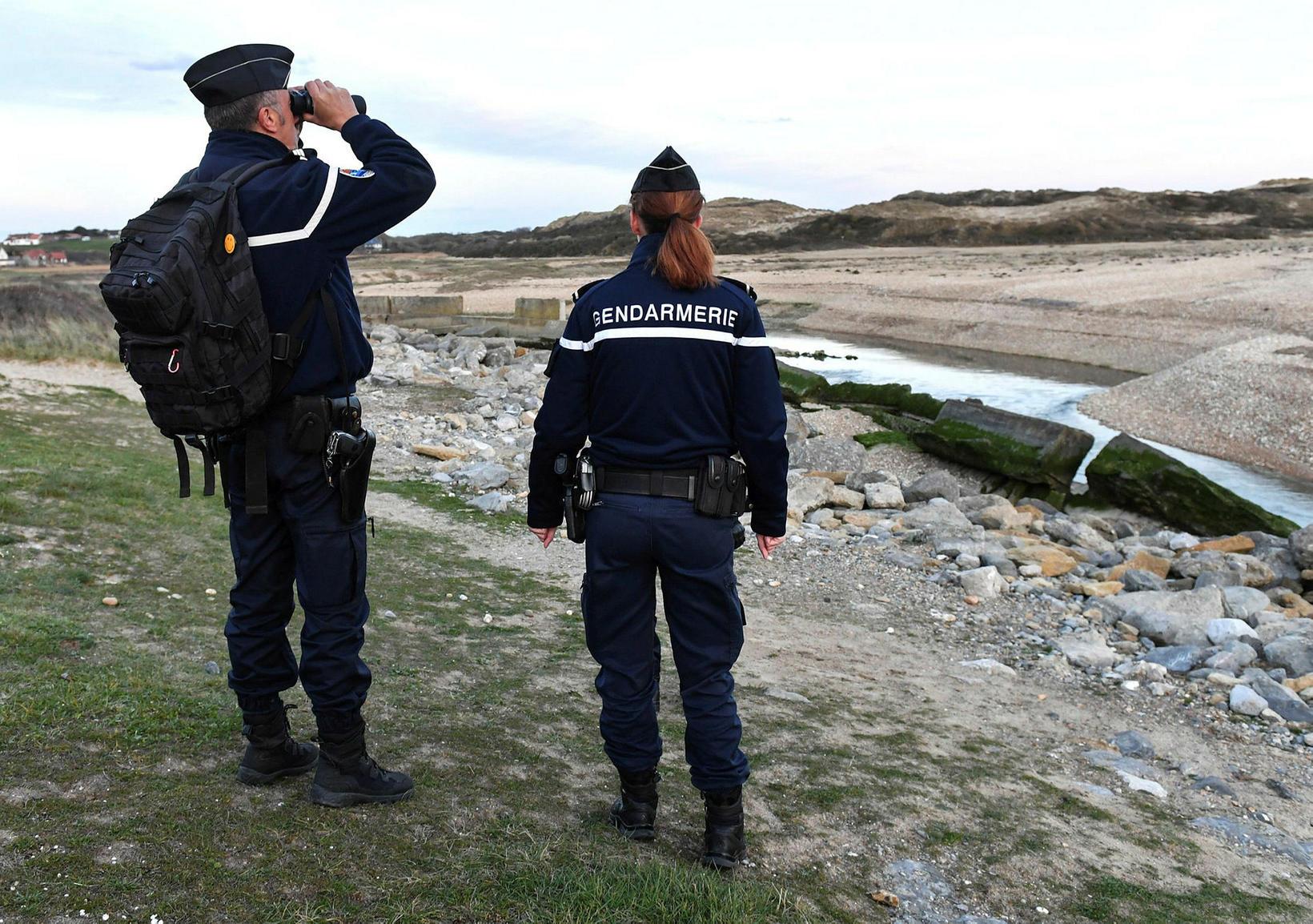 Franskir lögreglumenn við eftirlit í Tardinghen, skammt frá Calais.