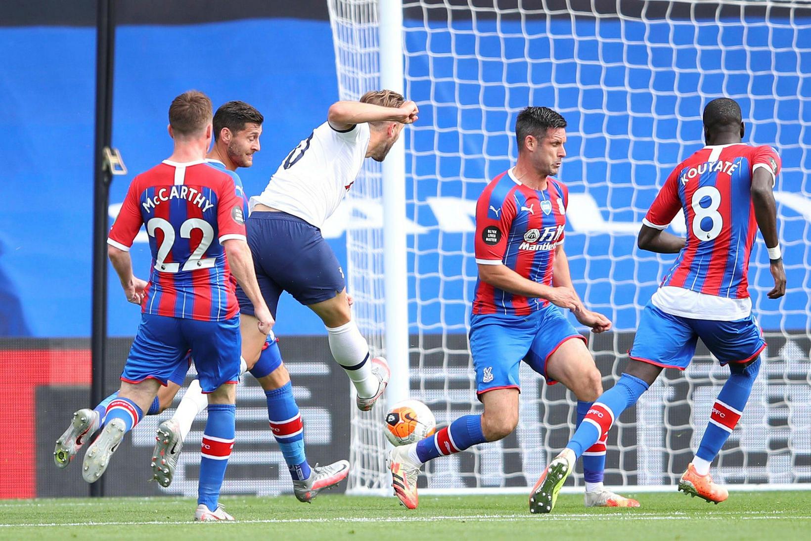 Harry Kane skorar gegn Crystal Palace í dag.